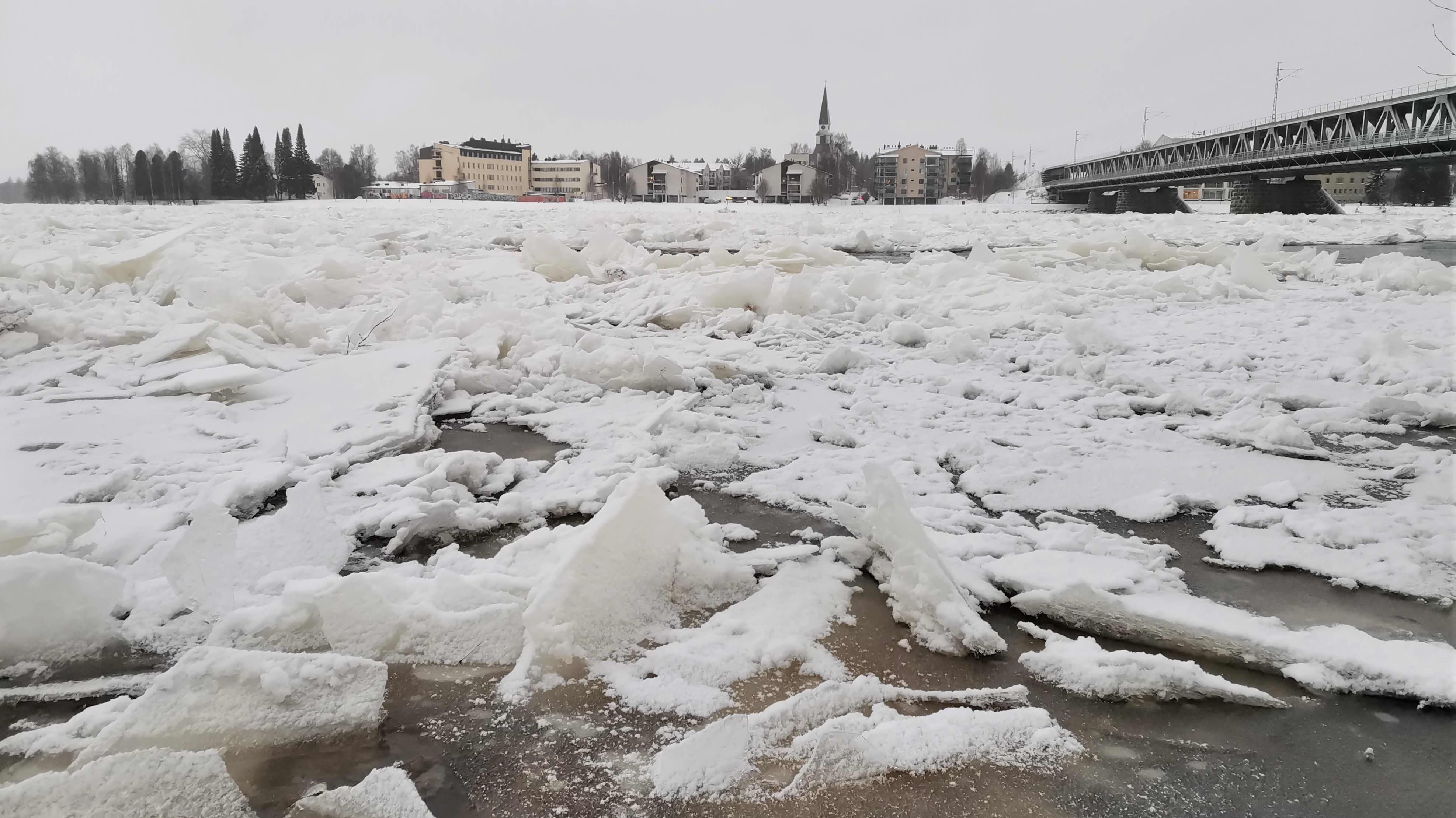Kilometrien jääpato on pakkautunut Rovaniemen edustalle