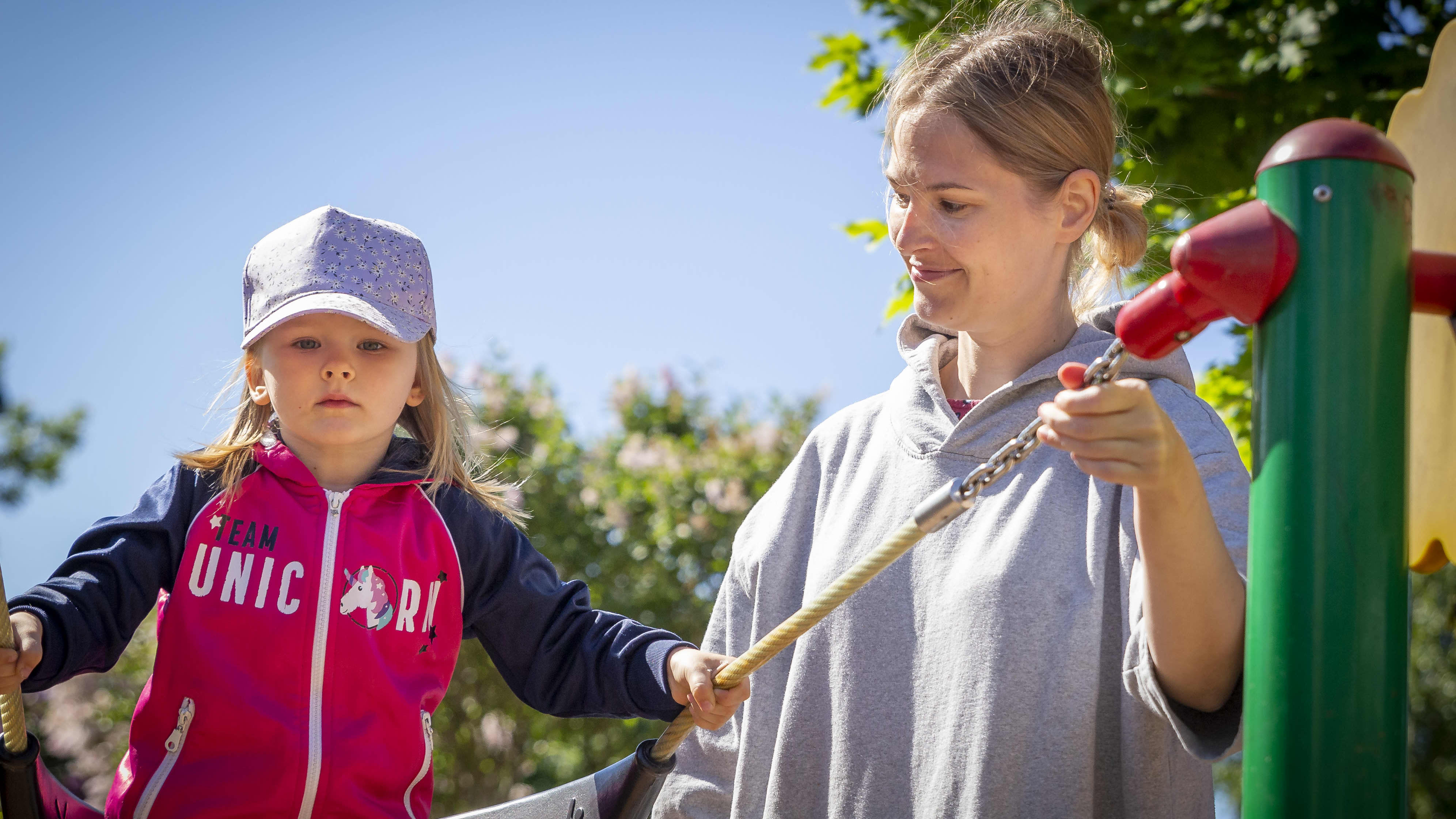 Johanna Merioja-Kauhanen, 38 ja Mimi Kauhanen, 3 leikkipuisto Linjassa Helsingissä.