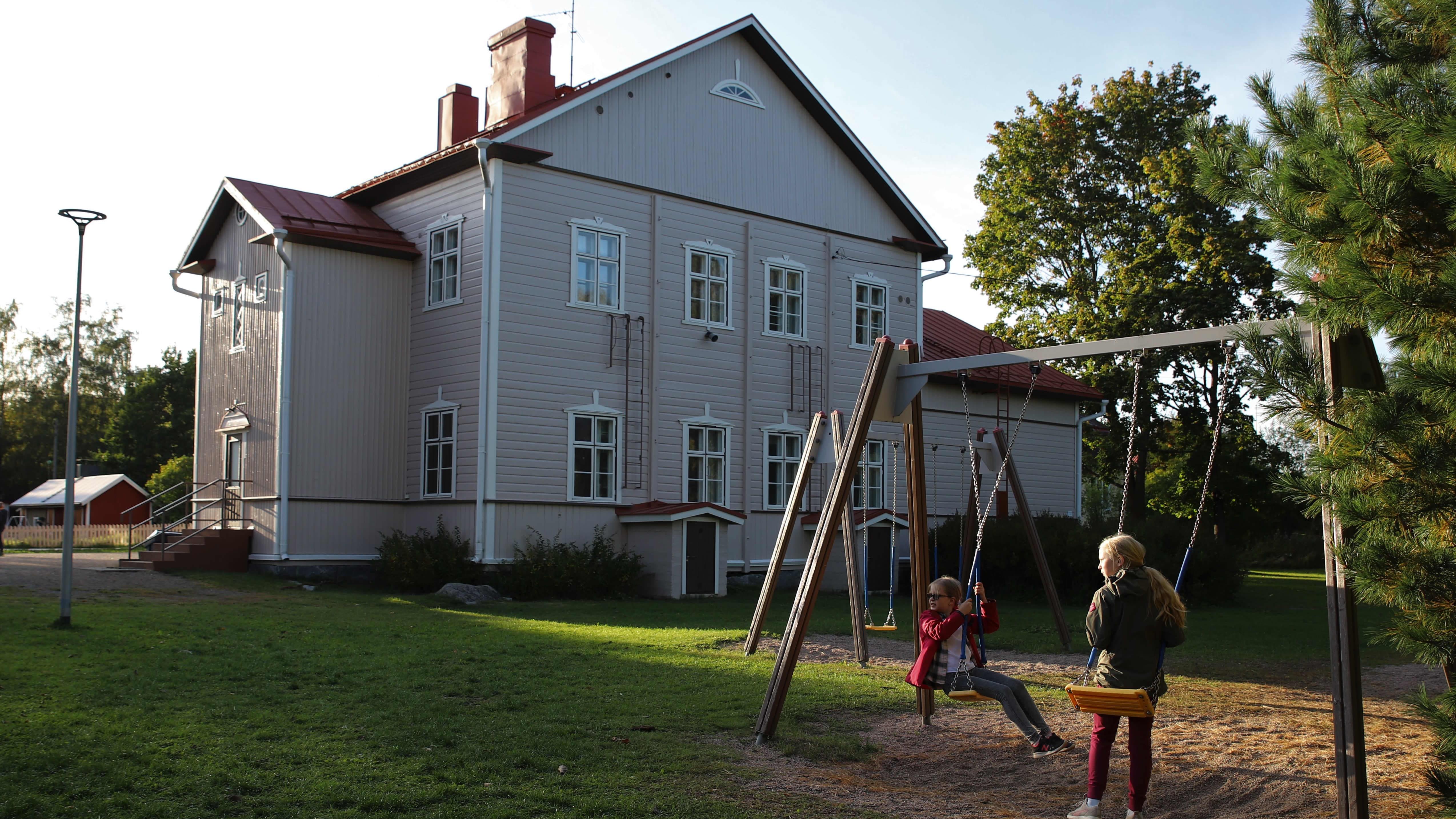 Lapsia Alvettulan koulun pihalla keinumassa