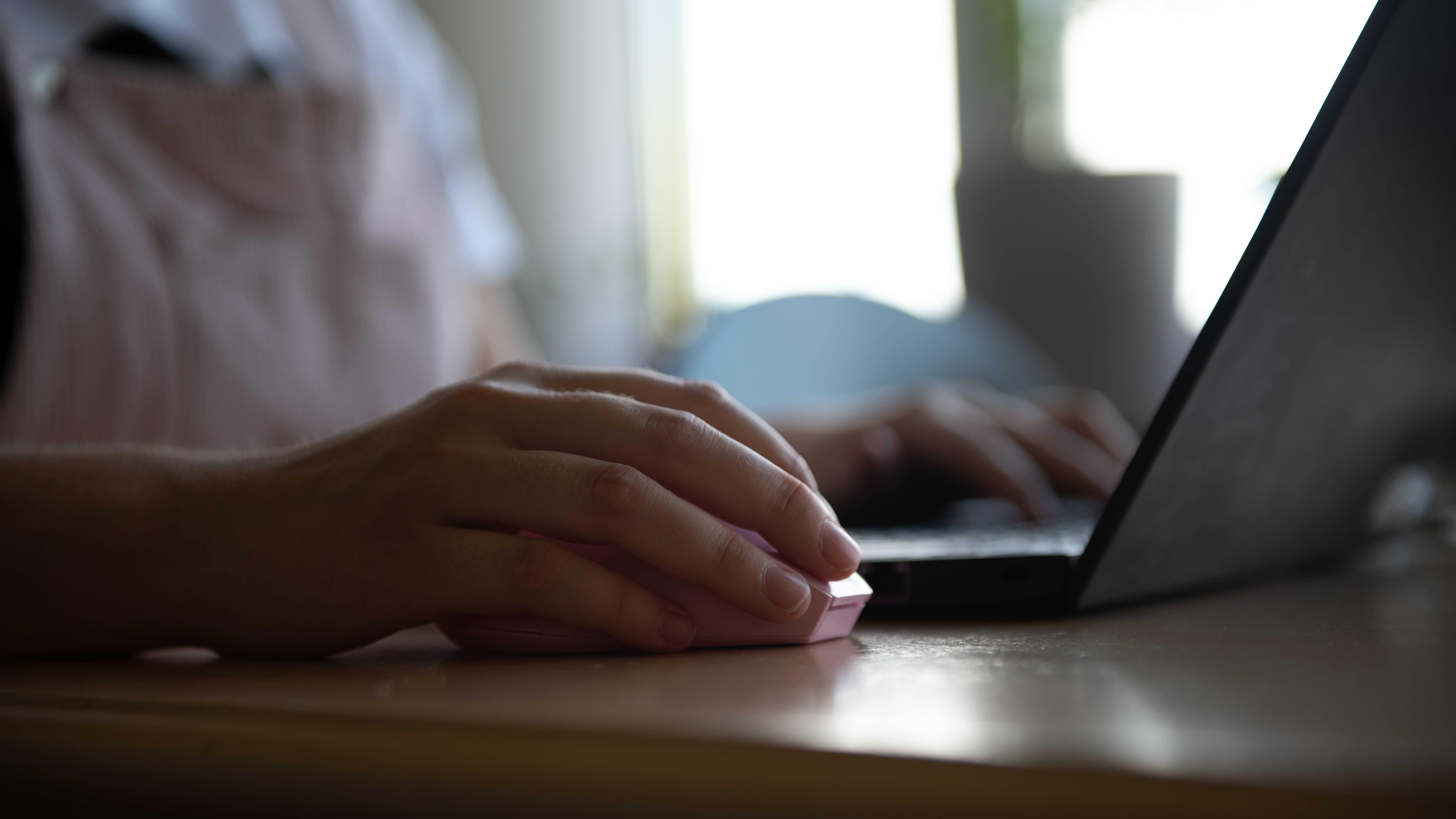 Nainen työskentelee tietokoneen äärellä.