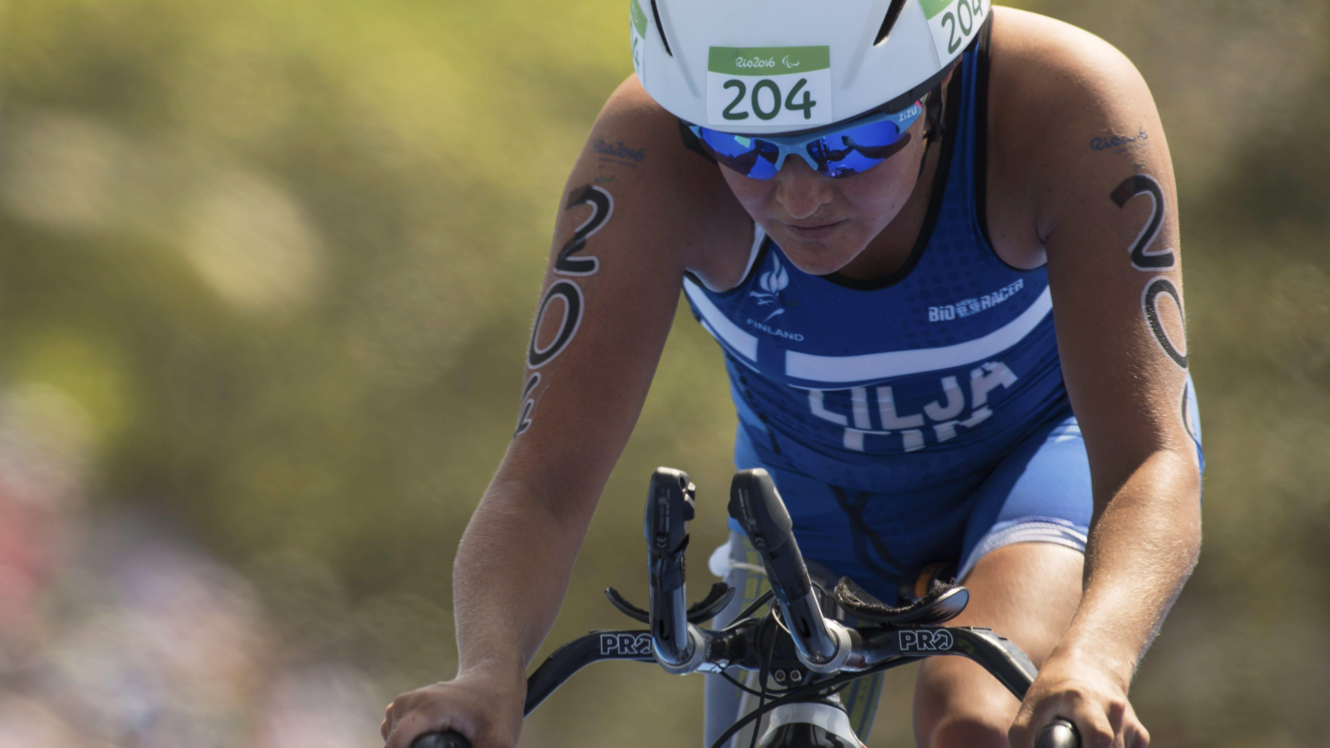 Liisa Lilja kuvattuna Rion paralympialaisten triathlonissa 2016.