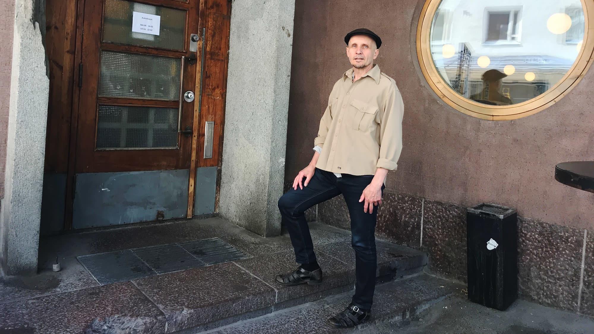 Kuvassa Juhani Styrman seisoo ulkona.