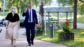 Petteri Orpo saapuu Pasilaan Ylen Studiotalolle.