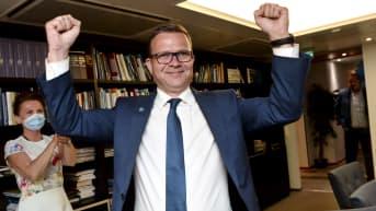 Petteri Orpo juhlii vaalivoittoa.