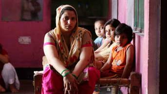 Kavita Gautam on jäänyt yksin kolmen tyttärensä kanssa miehen kuoltua koronaan.