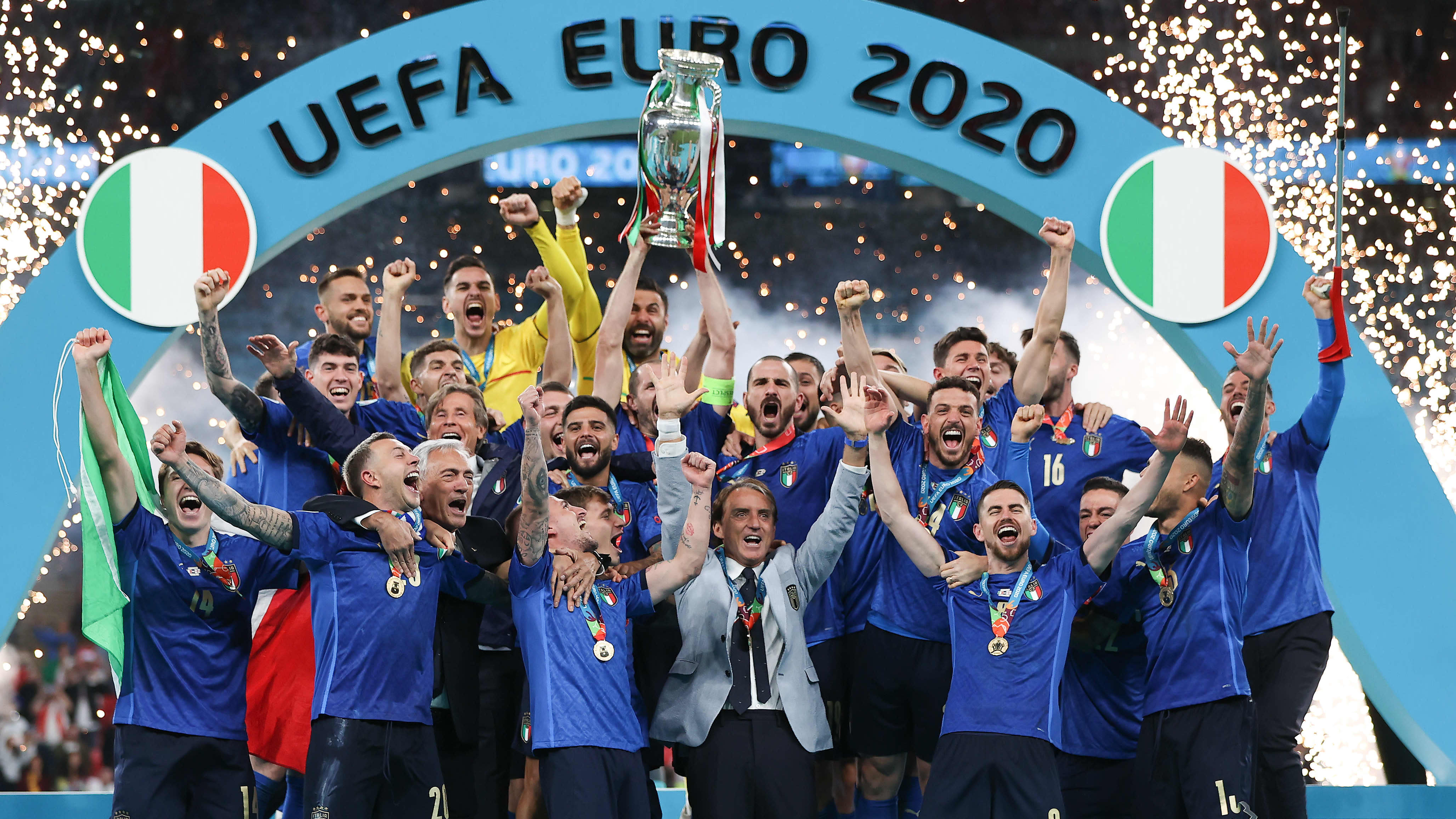 Chiellini nosti mestaruuspokaalin ja Italian juhlat alkoivat