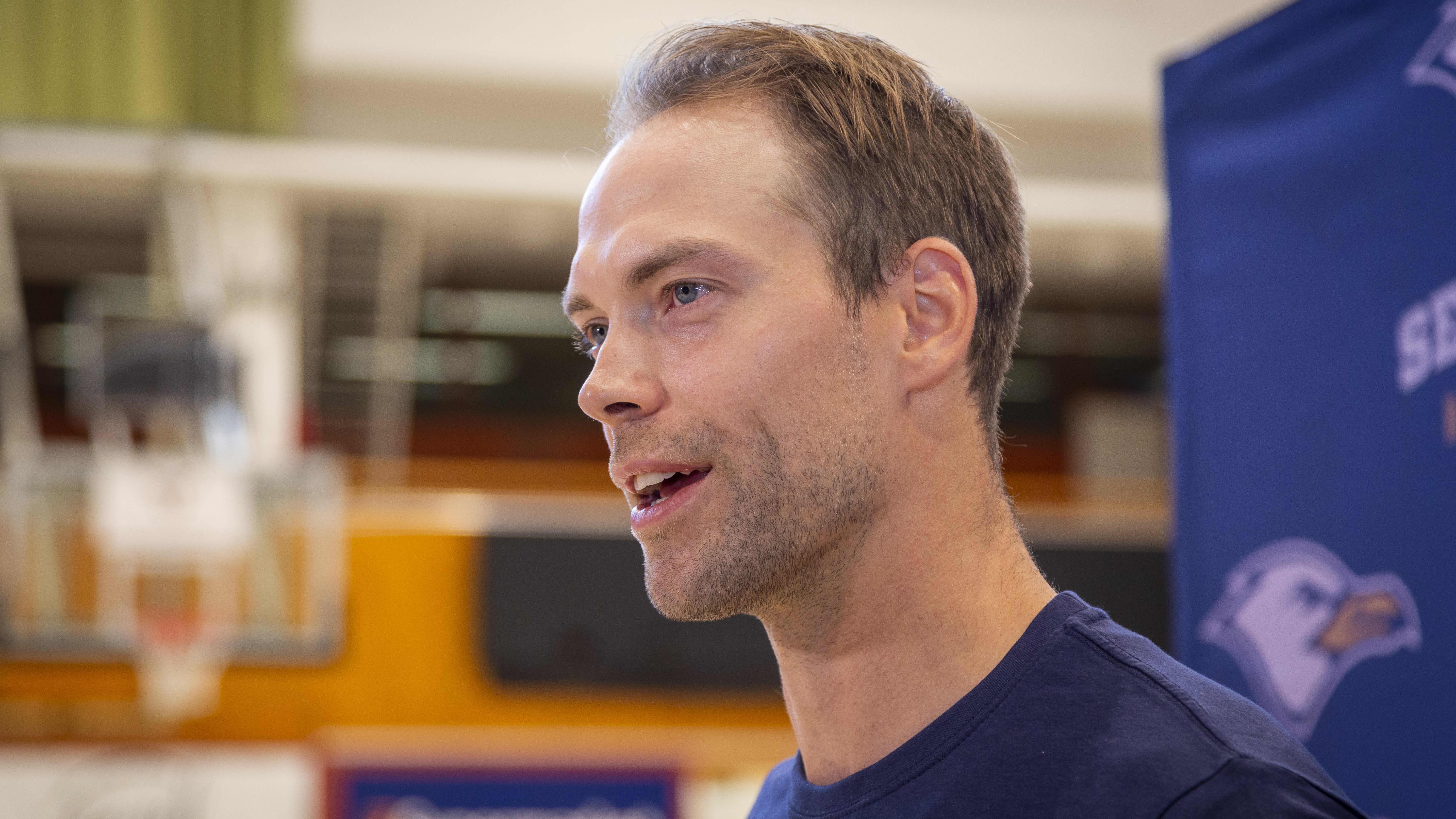 Koripalloilija Petteri Koponen puolilähikuvassa, katsoo kameran ohi vasemmalle.