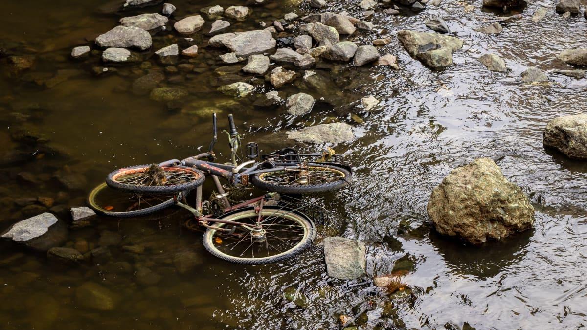 Polkupyöriä tyhjennetyssä Tammerkoskessa