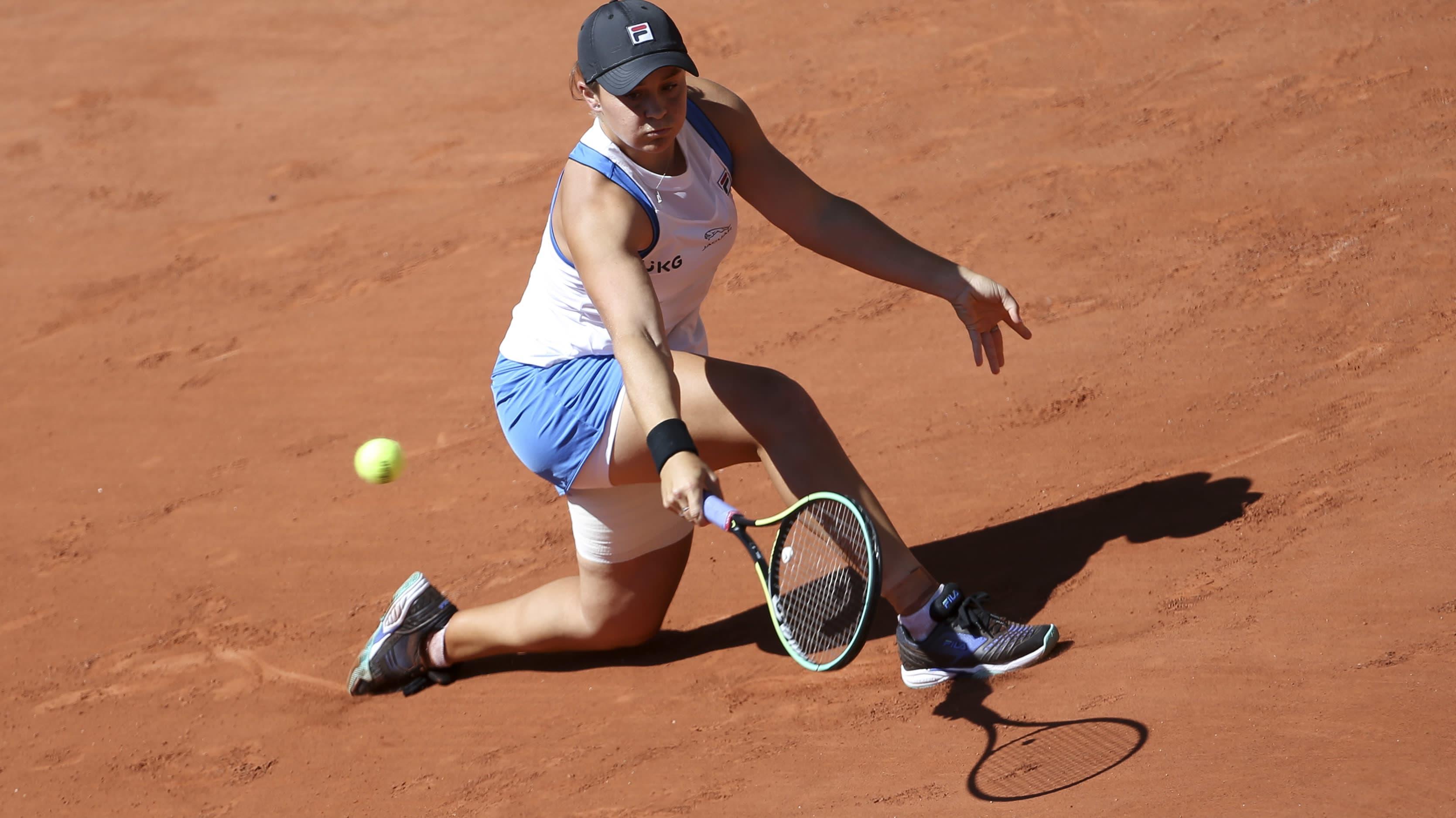 Ashleigh Barty palauttaa lyöntiä Ranskan avoimissa.