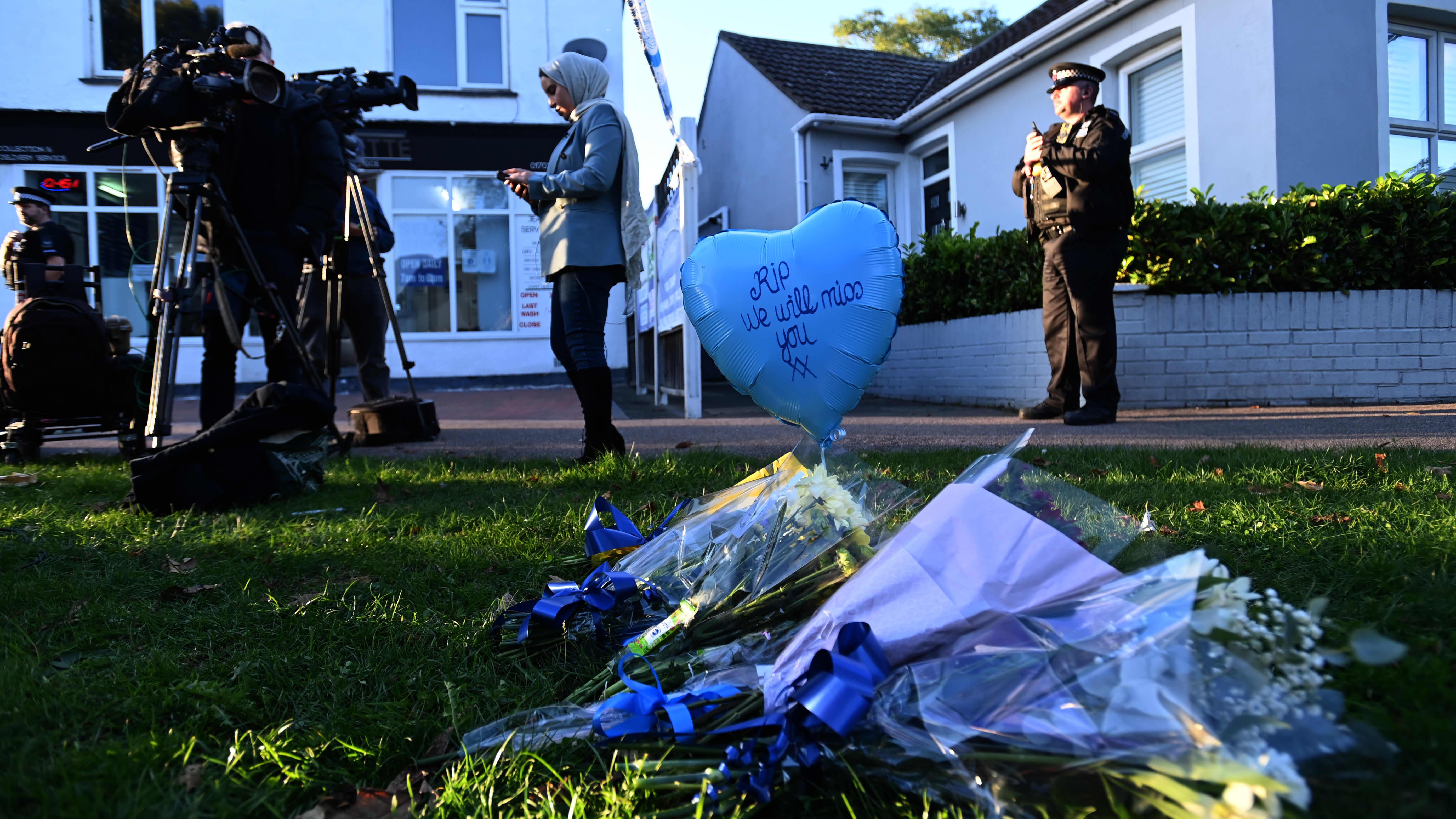 Konservatiivikansanedustaja David Amessin surmapaikalle oli tuotu perjantain kukkia.
