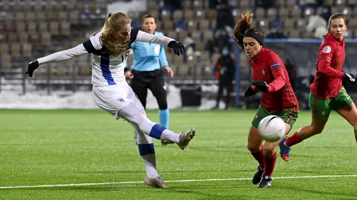 Linda Sällström upottaa pallon Portugalin verkkoon EM-karsintaottelussa.