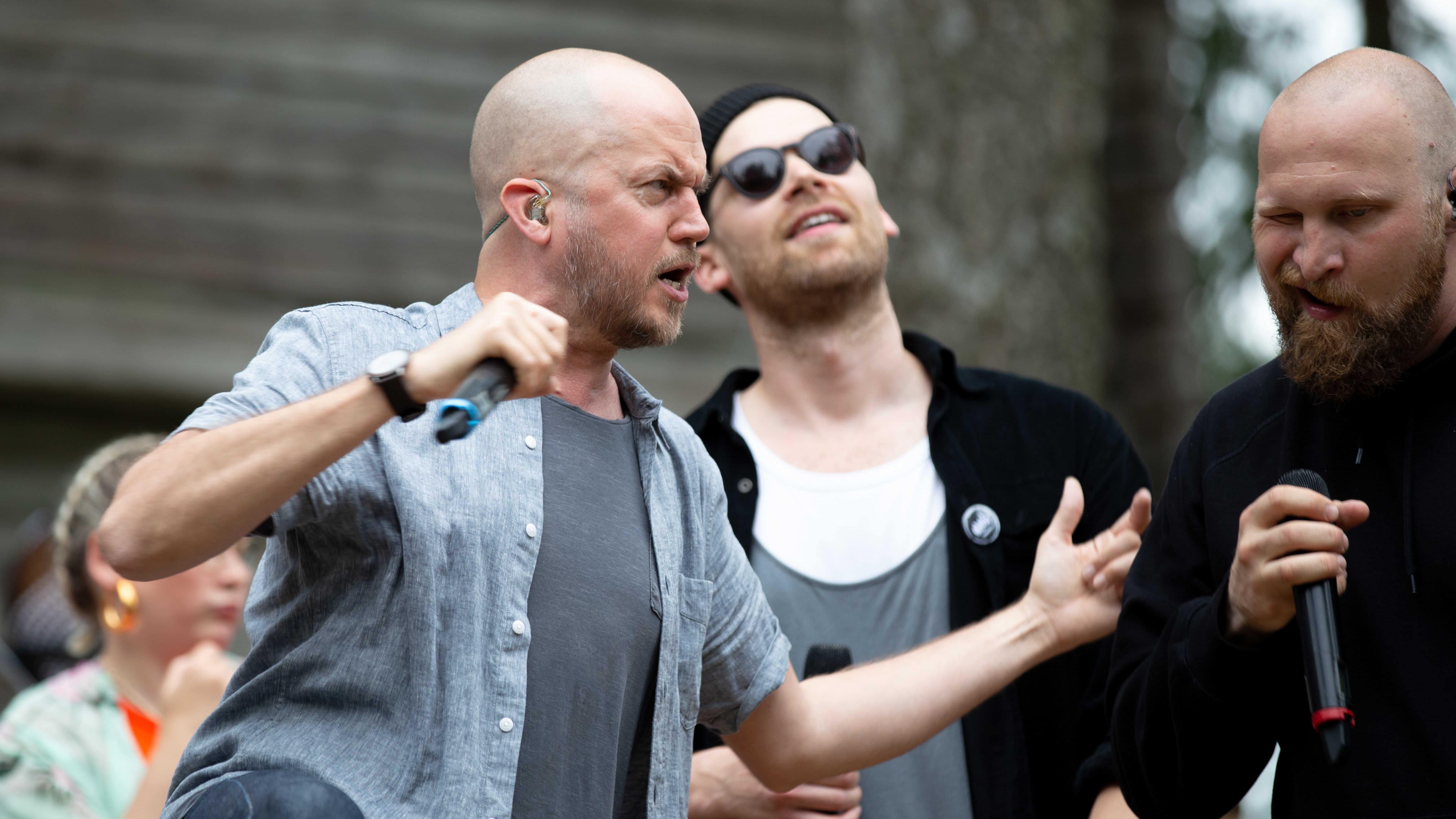 Kuvassa Tommy Lindgren, Brandon ja Paleface esiintymässä GG Caravan yhtyeen kanssa.