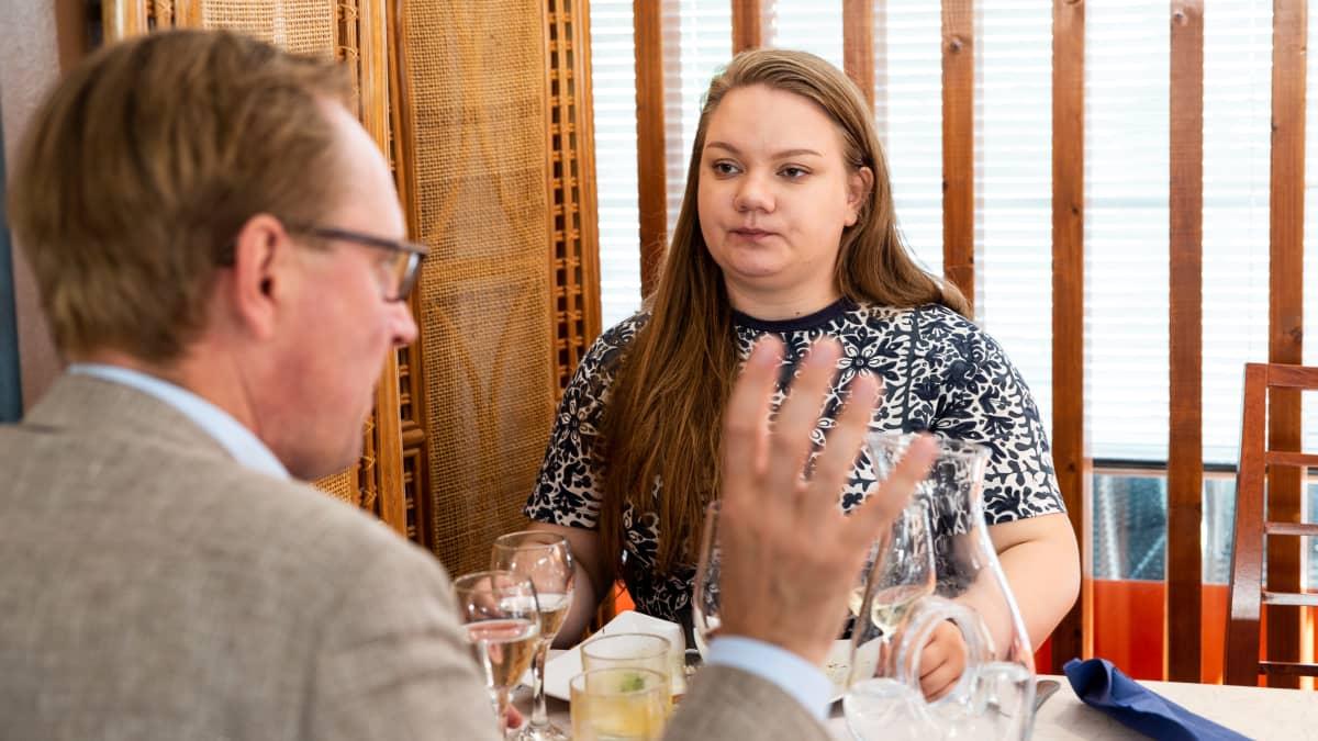 Roosa Pajunen ja Sakari Laiho ravintolassa.