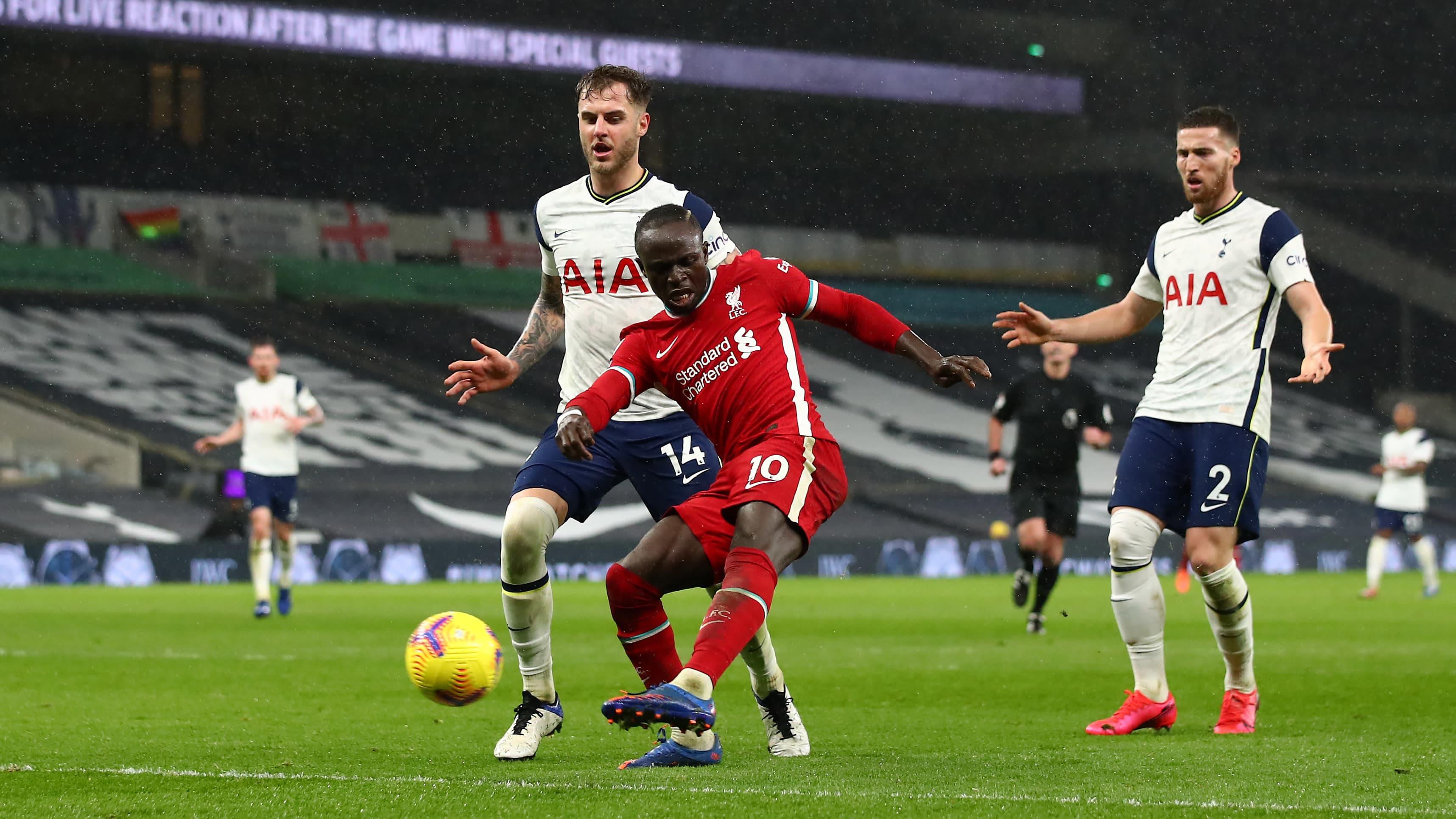 Sadio Mané tekee maalin Liverpoolille Tottenhamia vastaan.