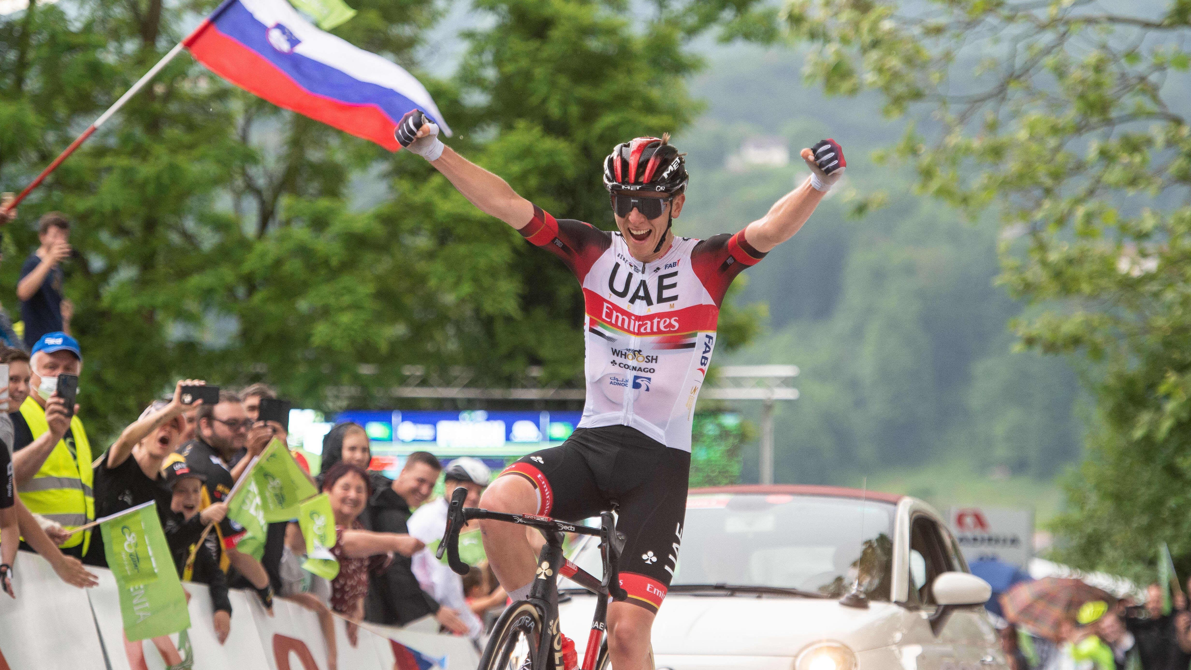 Maantiepyöräilijä Tadej Pogacar tuulettaa maalissa voittoa