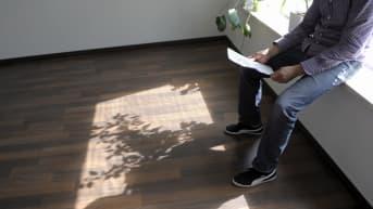 Asunnonkatsoja tutustuu asuntoon Helsingissä 2. kesäkuuta 2015.