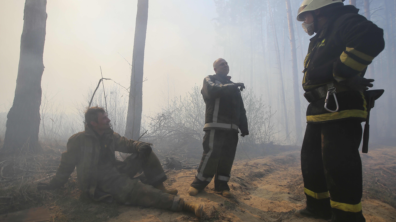 Ukrainalaiset palomiehet tauolla Ragovkan kylässä lähellä Tšernobylin suljetun ydinvoimalan suoja-aluetta 10. huhtikuuta 2020.