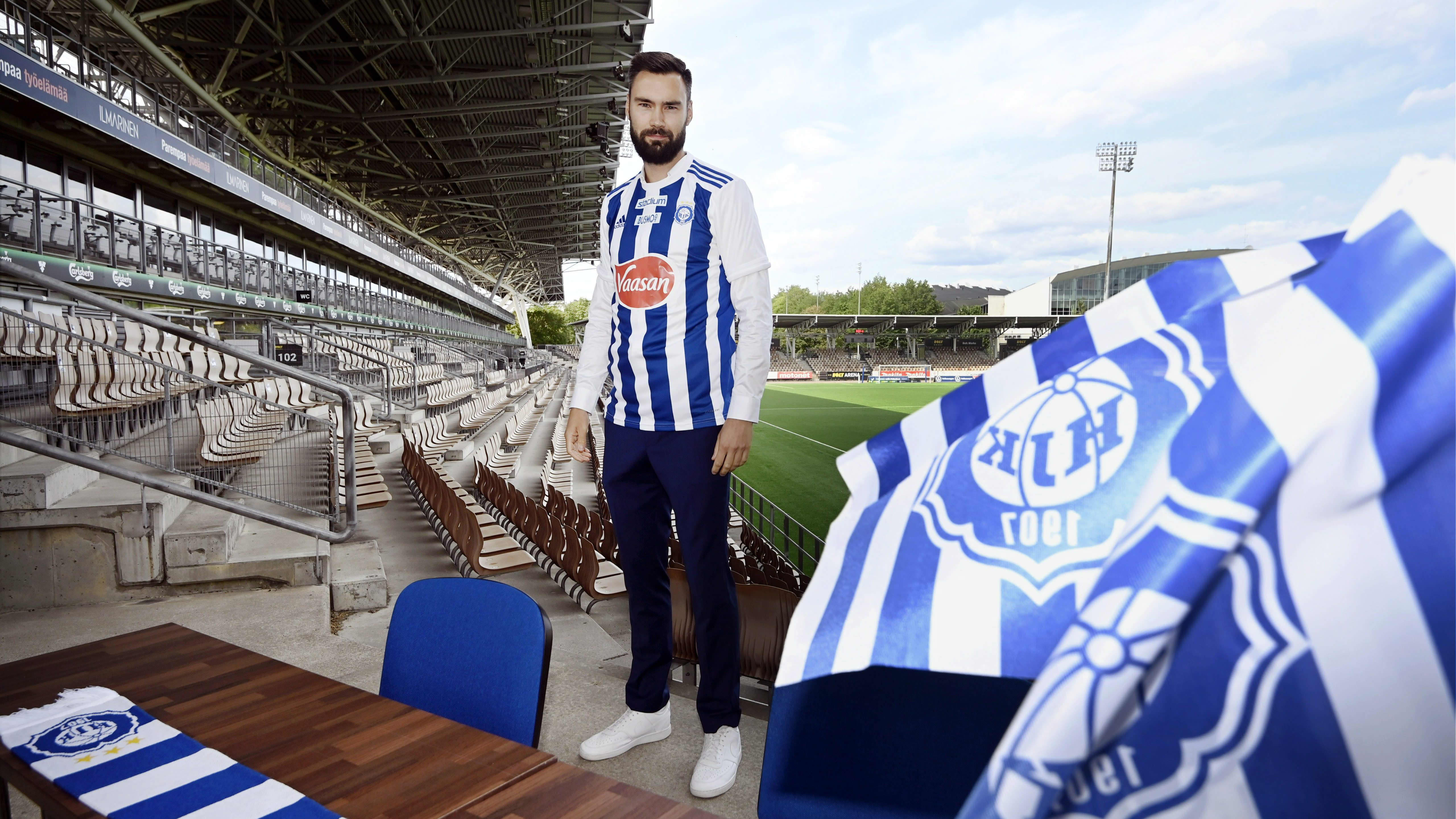 Tim Sparv poseeraa Töölön stadionilla.