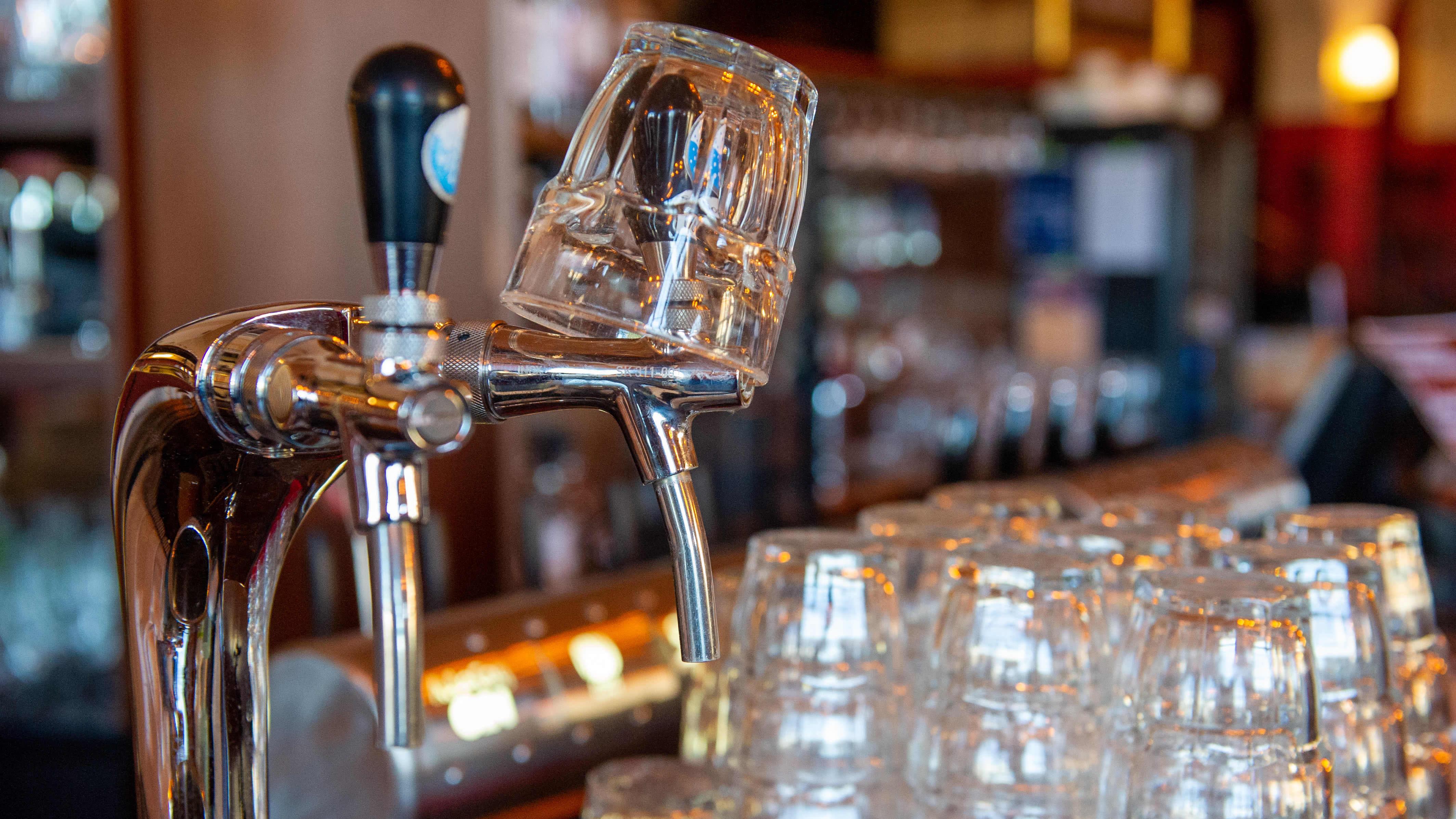 Ravintola Juttutupa. 15.4.2021. I förgrunden syns glas och en ölkran.