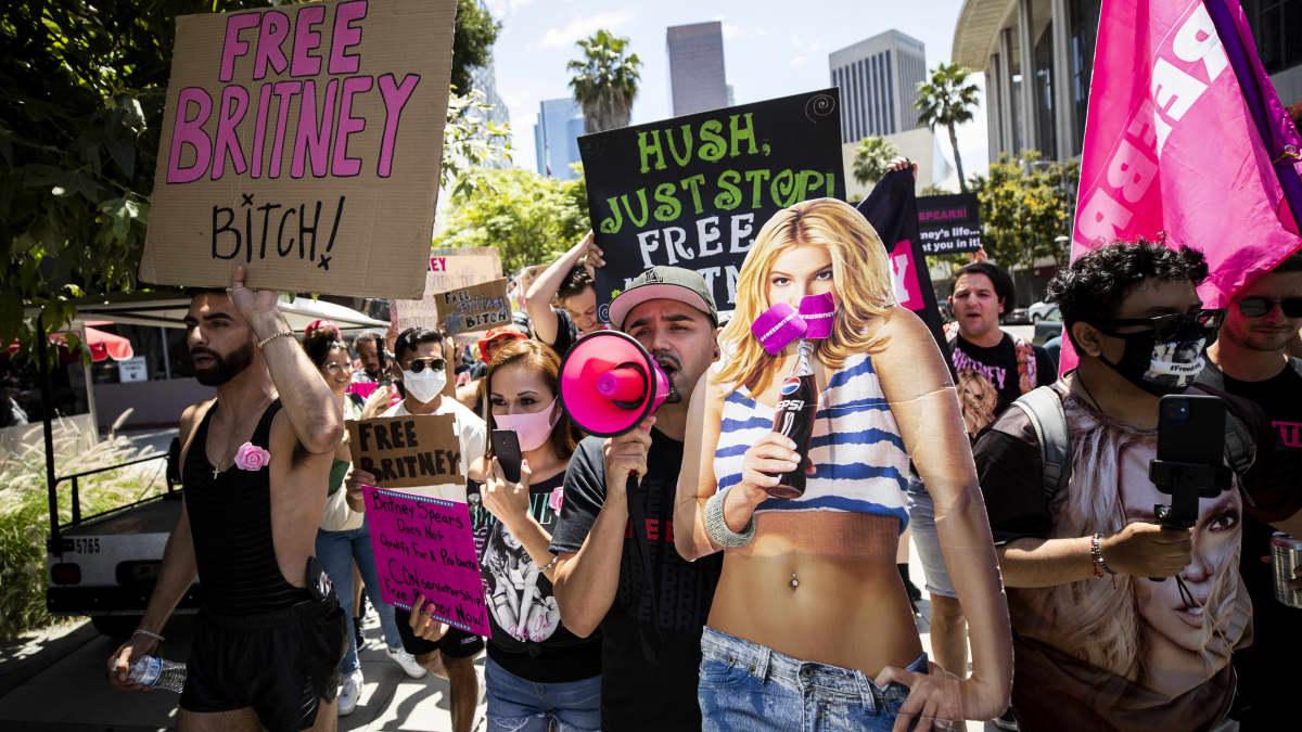 Britney Spearsin fanit kokoontuivat kuuntelemaan oikeudenkäyntiä Los Angelesissa