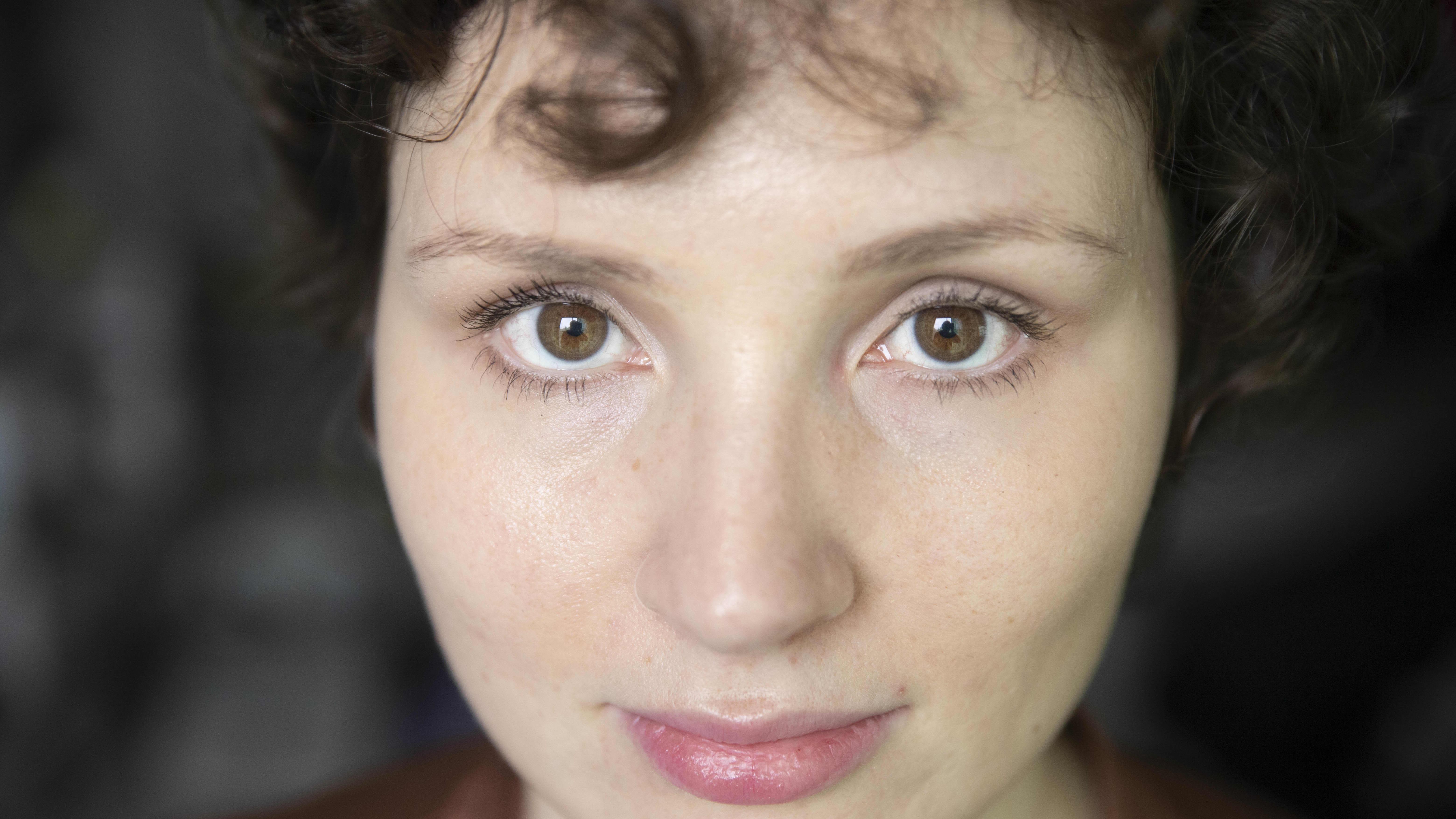Naisen kasvot.