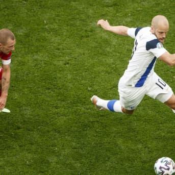 Teemu Pukki vauhdissa Huuhkajien ottelussa Venäjää vastaan.
