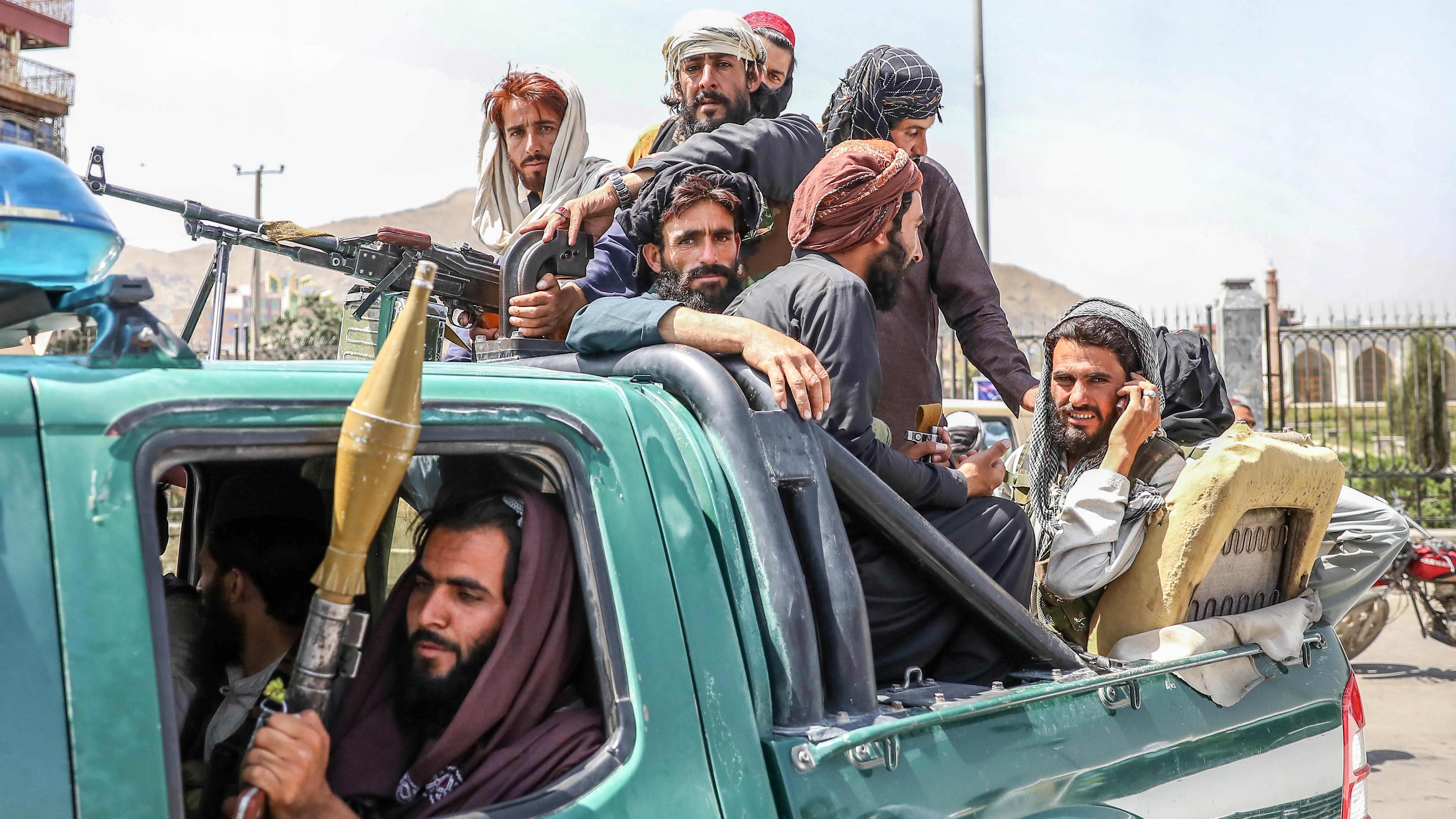 Talibanin taistelijoita aseet kädessään.