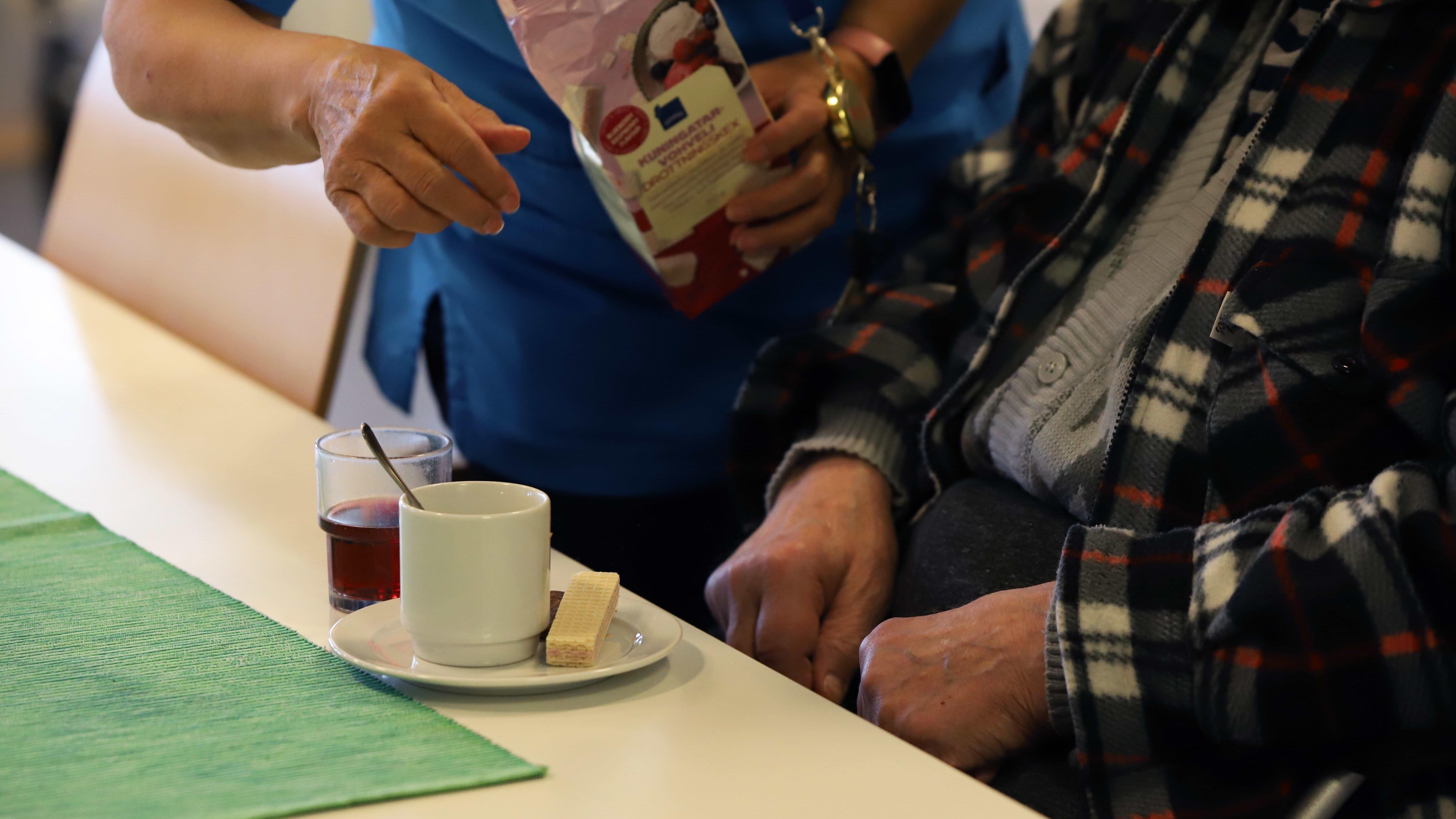 Hoitaja ja vanhus Jaalan palvelukeskuksessa.