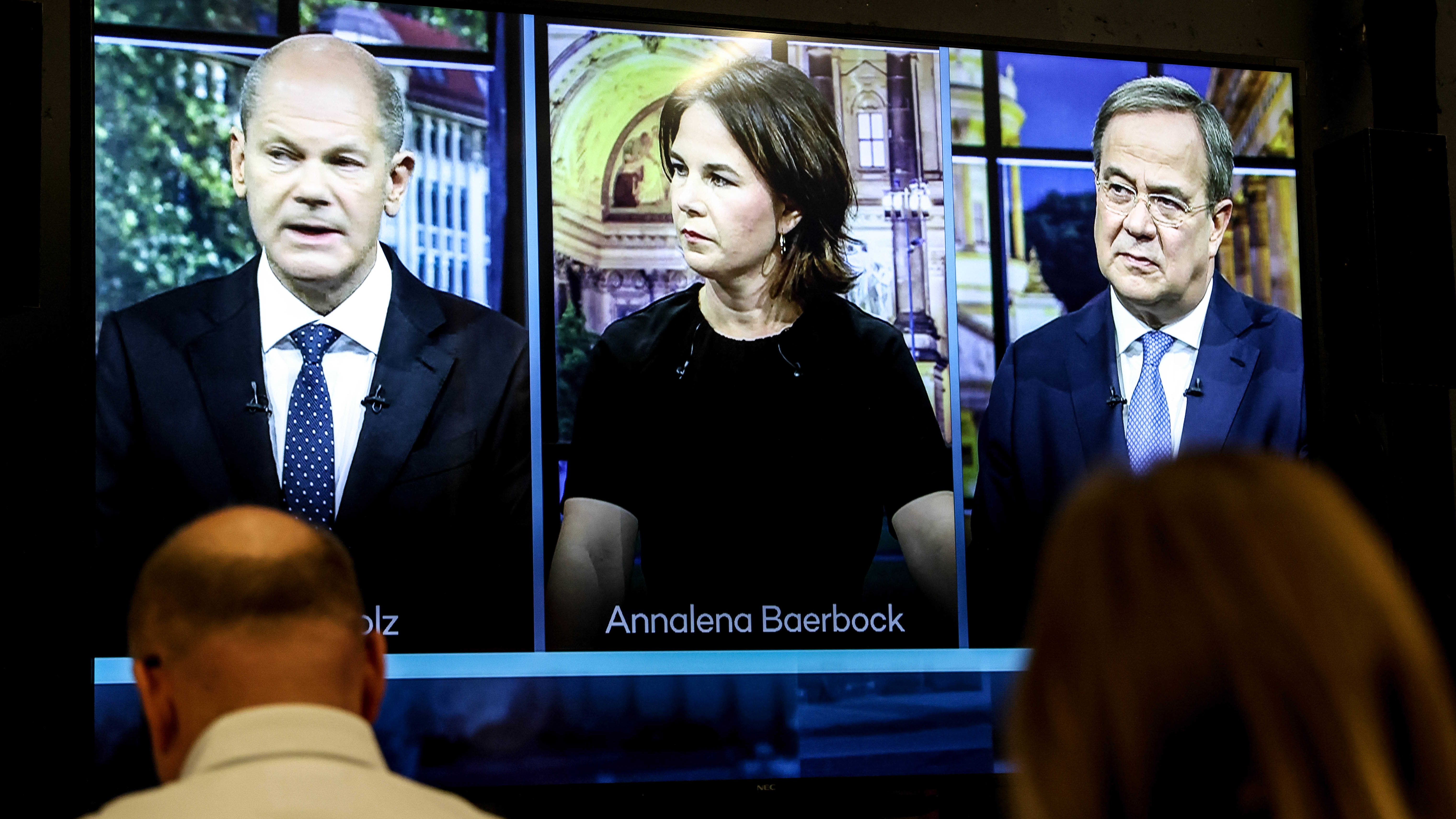 Kolme ihmistä tv-ruudulla