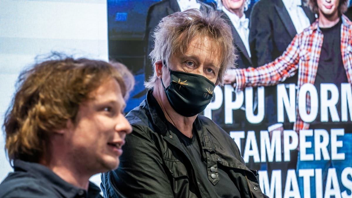 Eput ja Santtu-Matias Rouvali tiedotustilaisuudessa.
