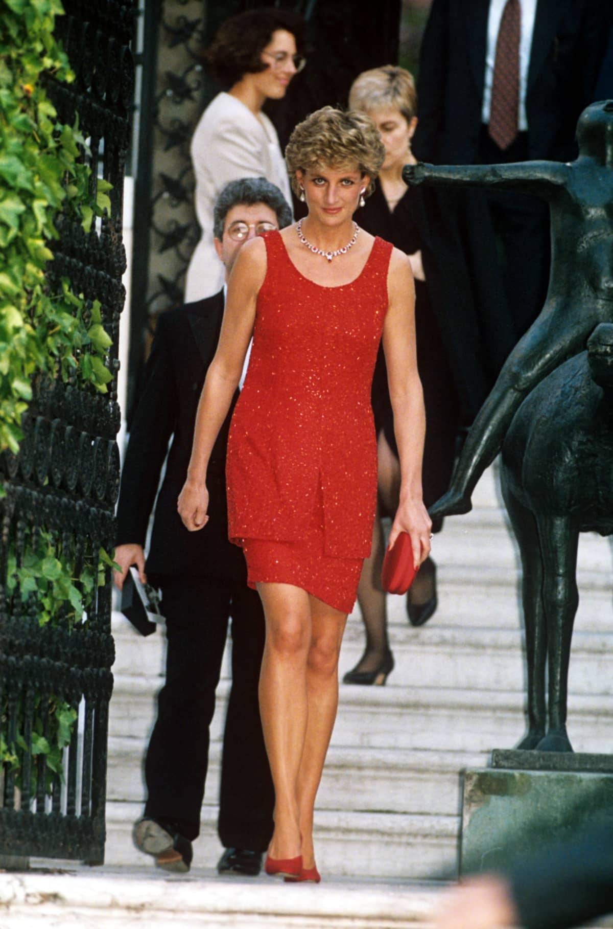 Diana lyhyessä punaisessa mekossa.