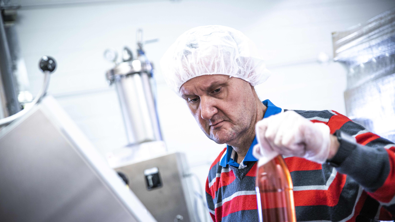 Teerijärven limonaaditehdas, Mats Granhom pullottaa mansikkalimonadia.