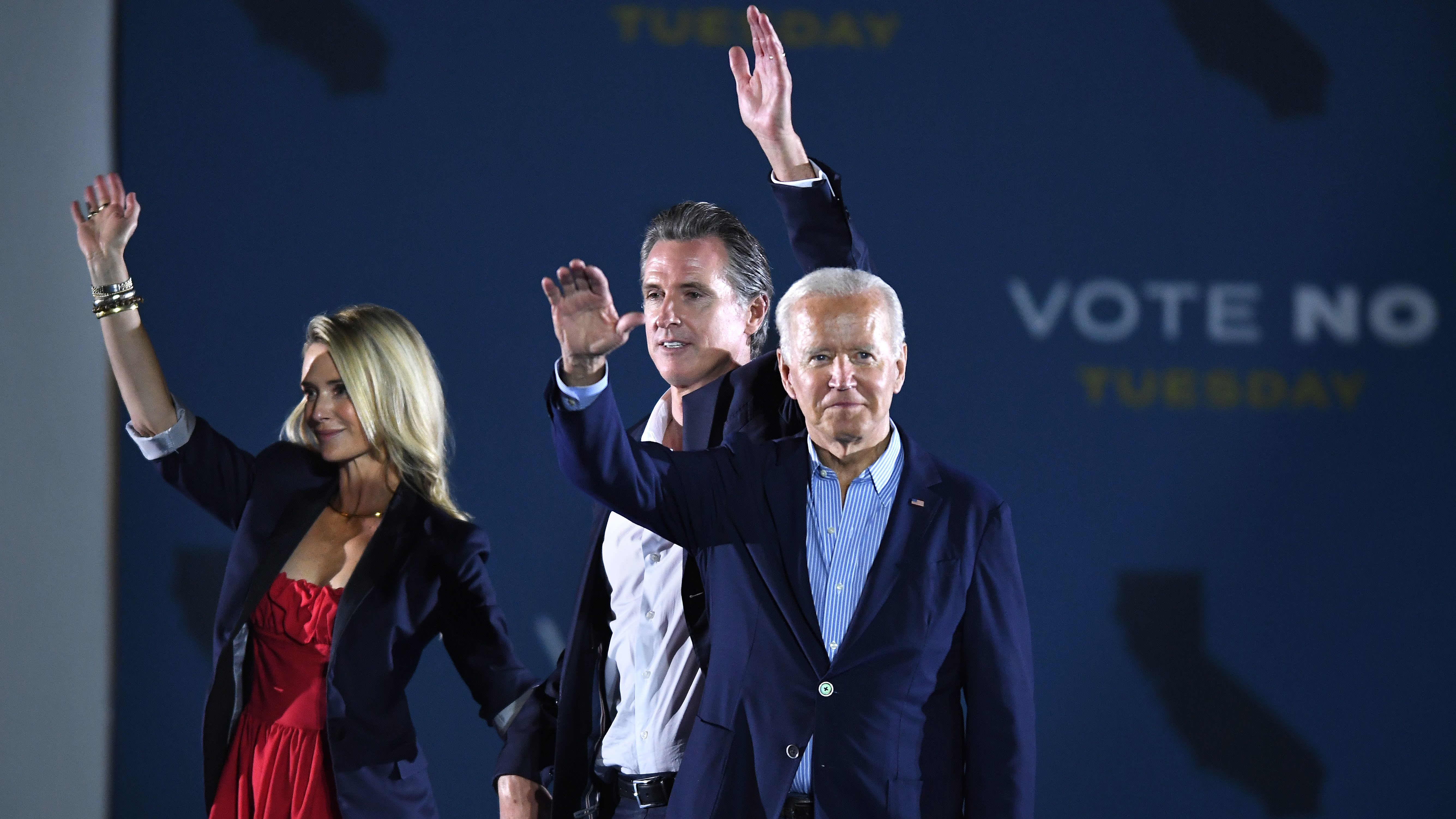 Kuvernööri Gavin Newsom vaimonsa Jennifer Siebel Newsomin sekä presidentti Joe Bidenin kanssa kampanjatilaisuudessa maanantaina Long Beachissä.