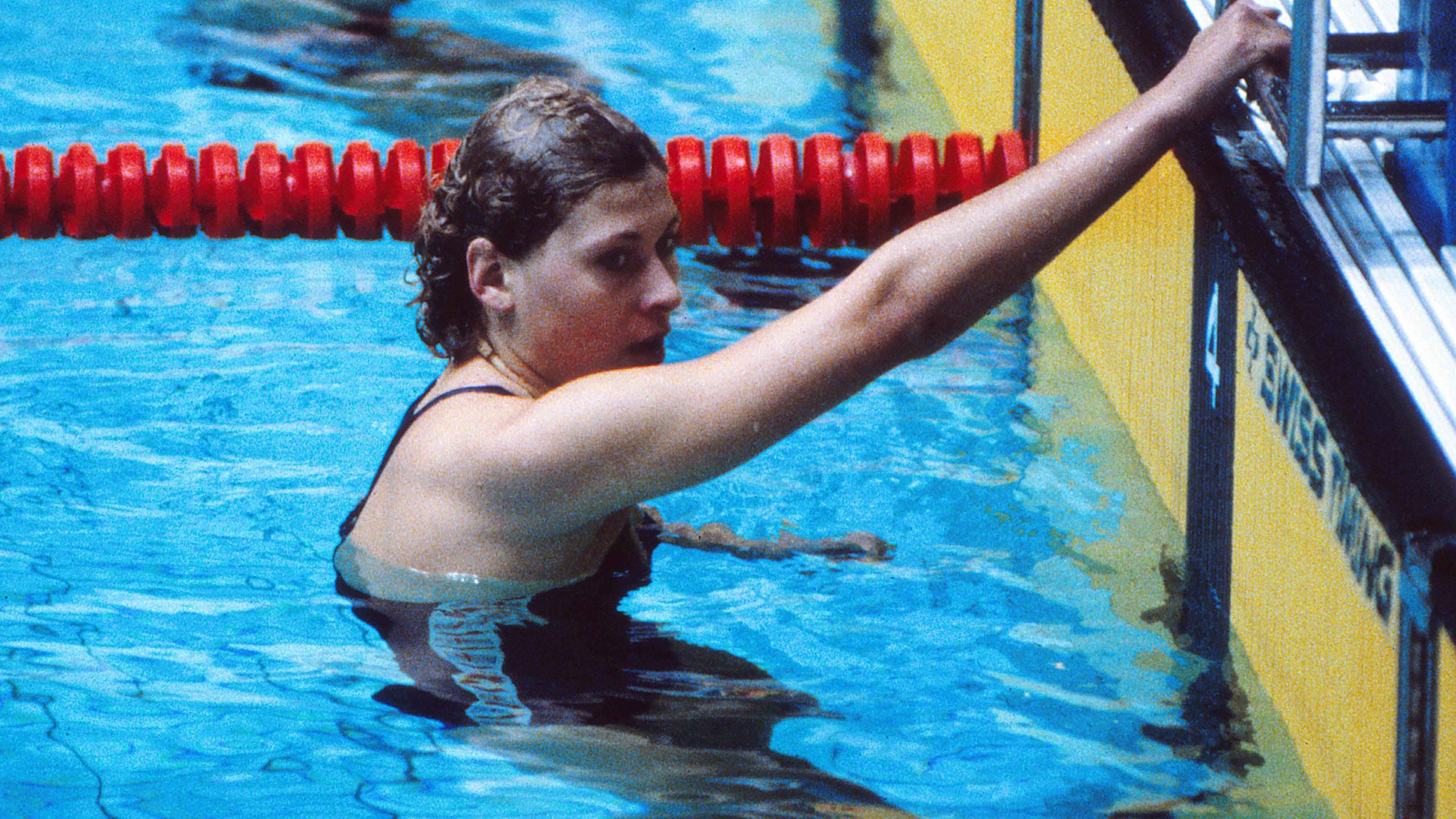 Brittiuimari Sharron Davies nojaa altaan reunaan vuoden 1980 olympialaisissa.