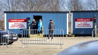 Ihmisiä tulossa koronatestistä Tornion rajanylityspaikan testipisteeltä