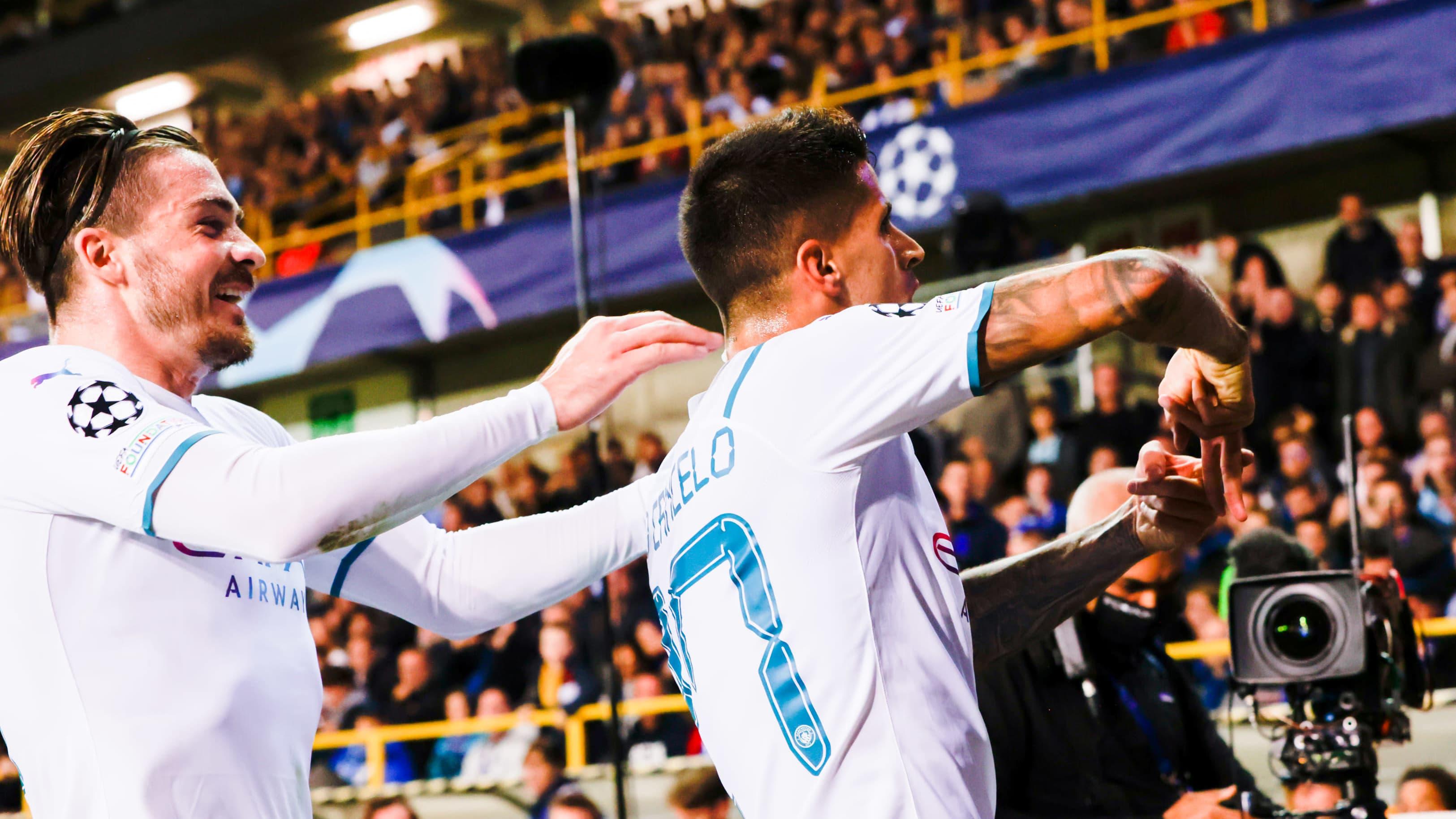 Manchester Cityn Joao Cancelo (oik.) juhlii osumaansa Jack Grealishin kanssa.