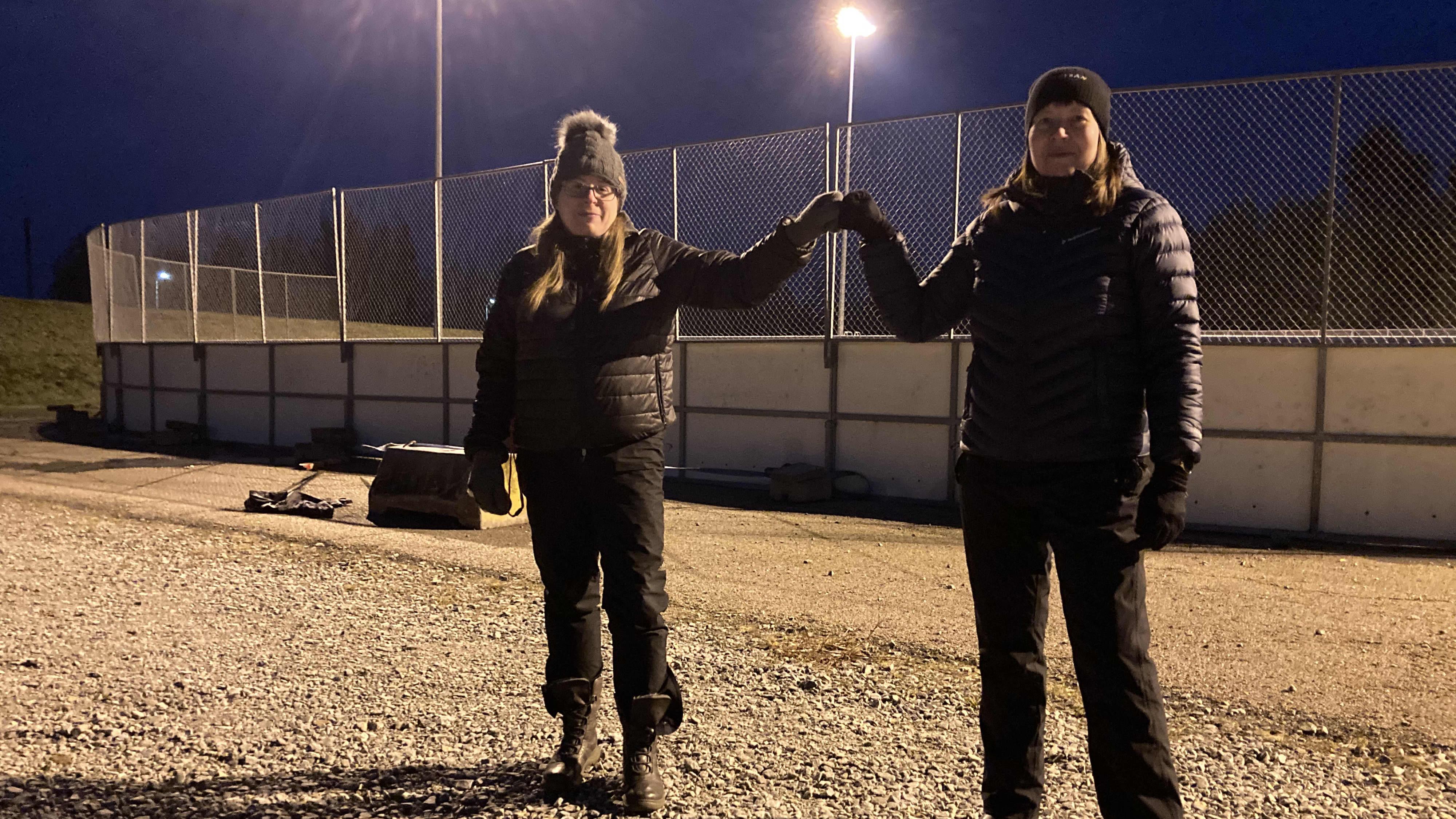 Kuvassa Toholammin Urheilijoiden Sari Pajakoski ja Satu Wirkkala seisovat urheilukentän edessä
