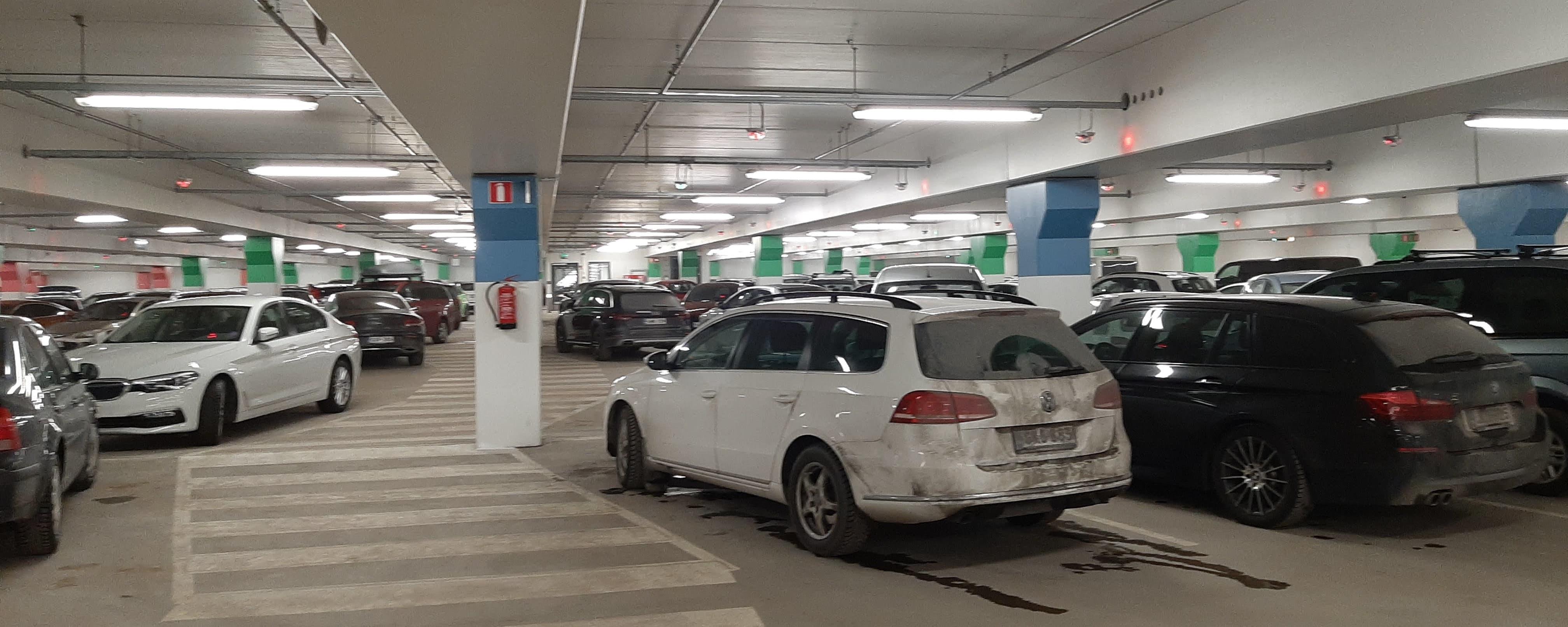 Autoja pysäköitynä parkkihalliin