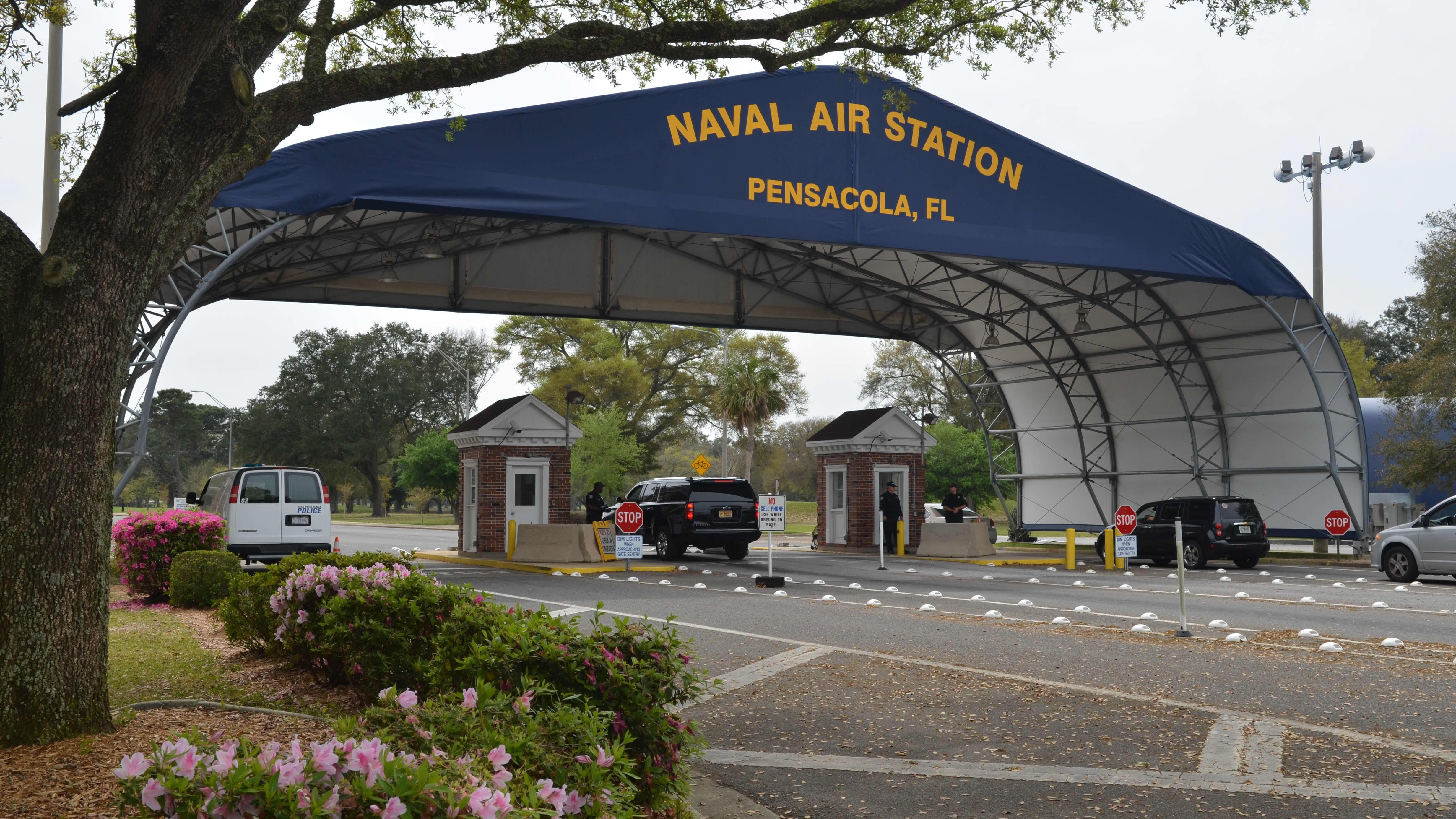 Yhdysvaltain laivaston lentotukikohdan portti Pensacolassa Floiridassa.