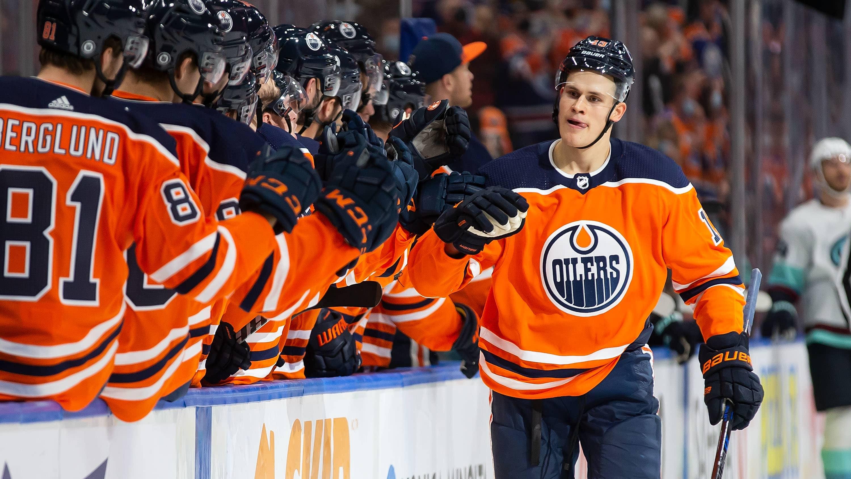 Jesse Puljujärvi saa onnitteluja Edmonton Oilersin pelaajilta maalinsa jälkeen.