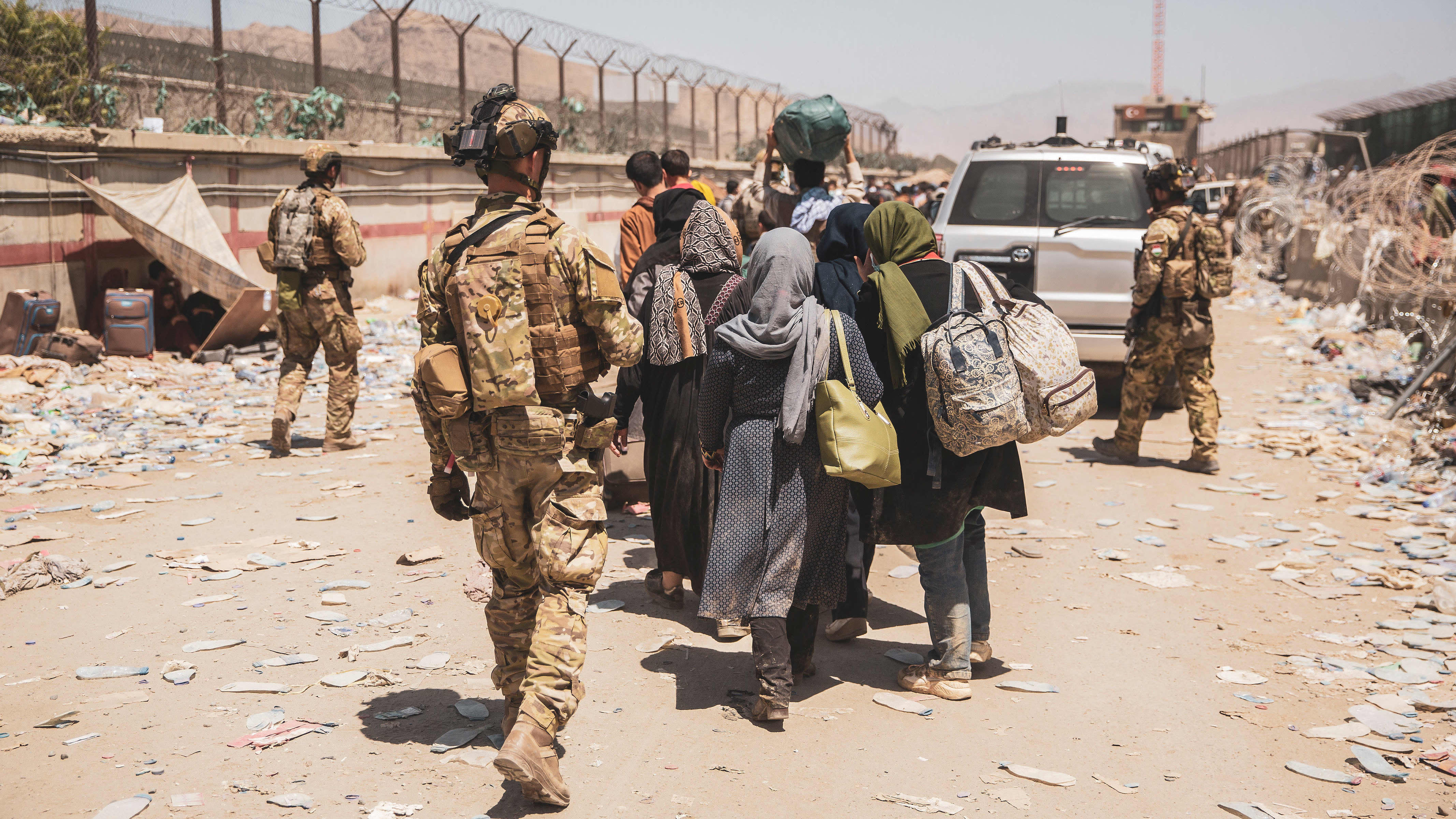 Sotilaat ohjasivat evakuoitavia Kabulin lentokentällä tiistaina.