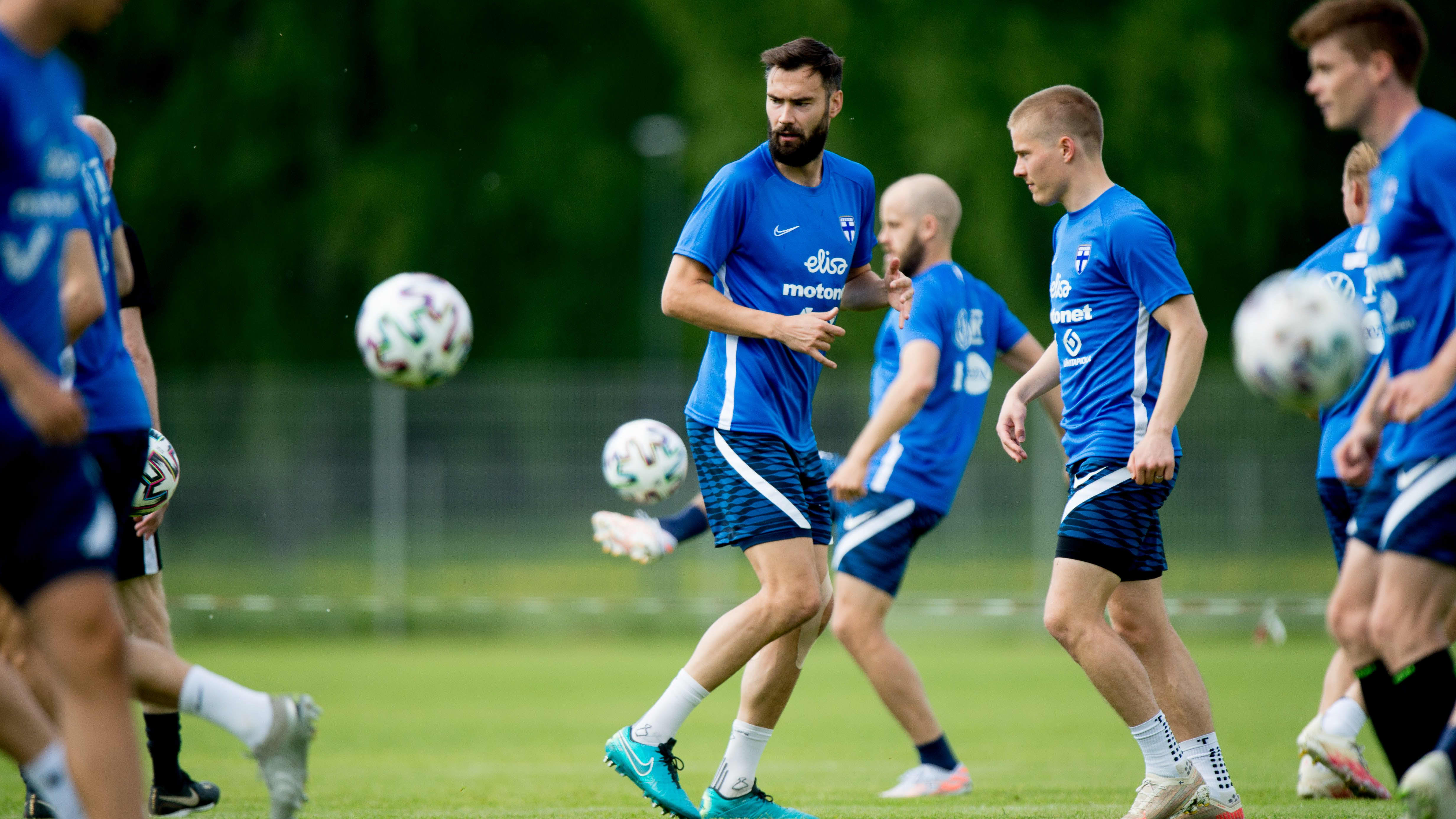 Suomen miesten jalkapallomaajoukkue harjoituksissa.
