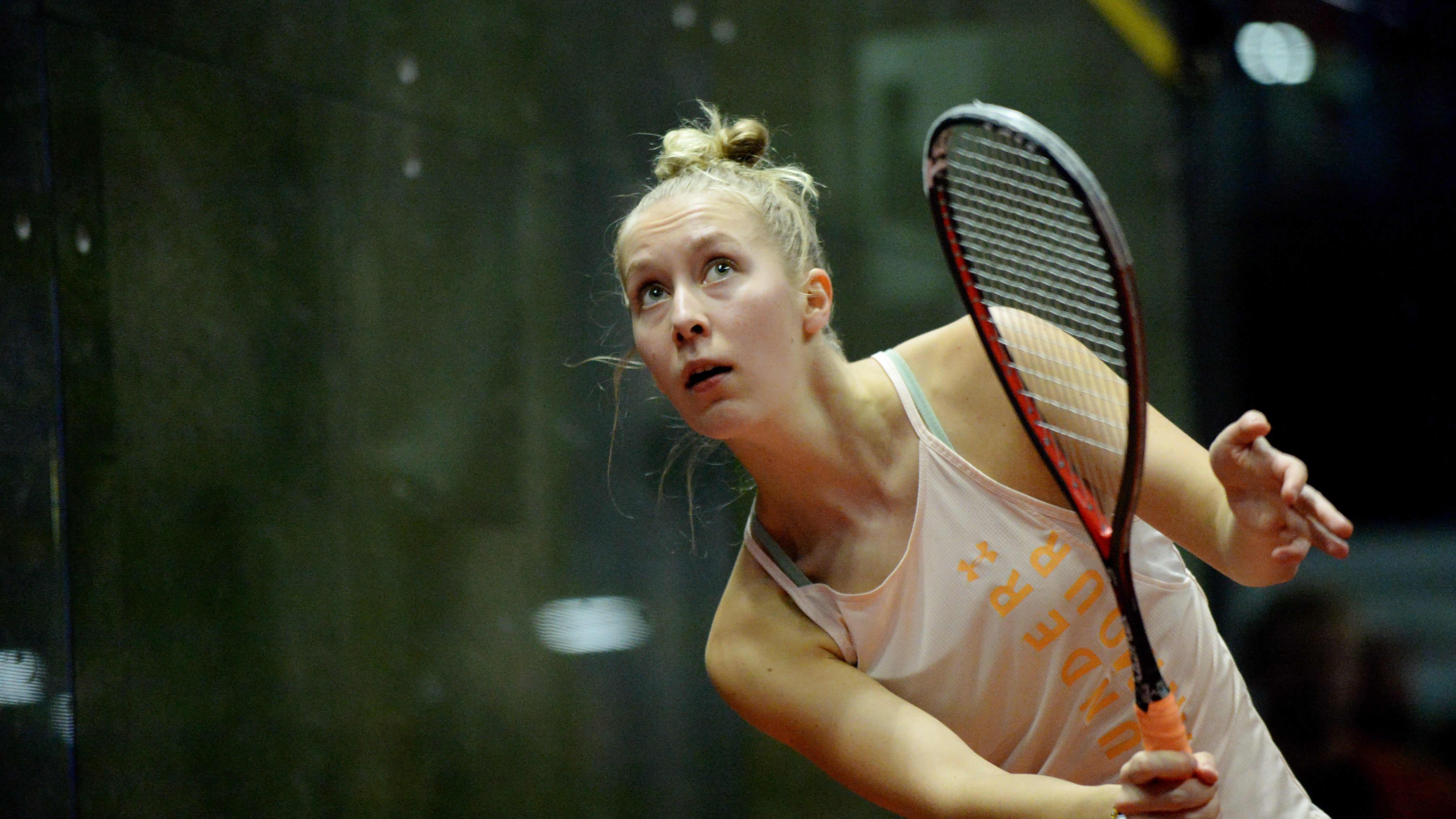 Emilia Soini pelaa squashia.