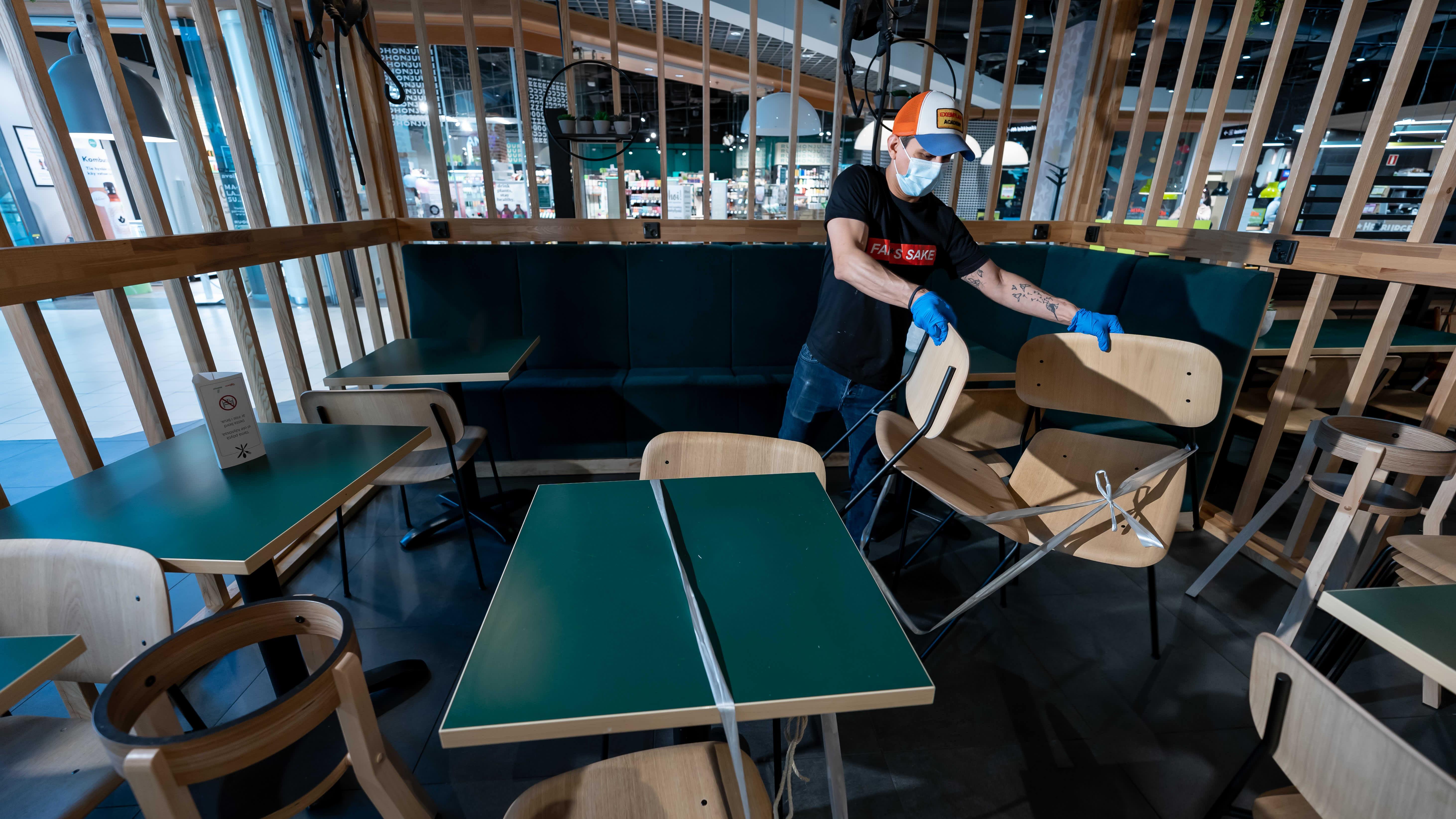 Fafa's ravintolan (HOK-Elanto) liikeideapäällikkö Francisco Merida Garcia järjestämässä ravintolan pöytiä ja tuoleja päivää ennen ravintolan uudelleen avaamista, Kauppakeskus Jumbo, Vantaa, 18.4.2021.