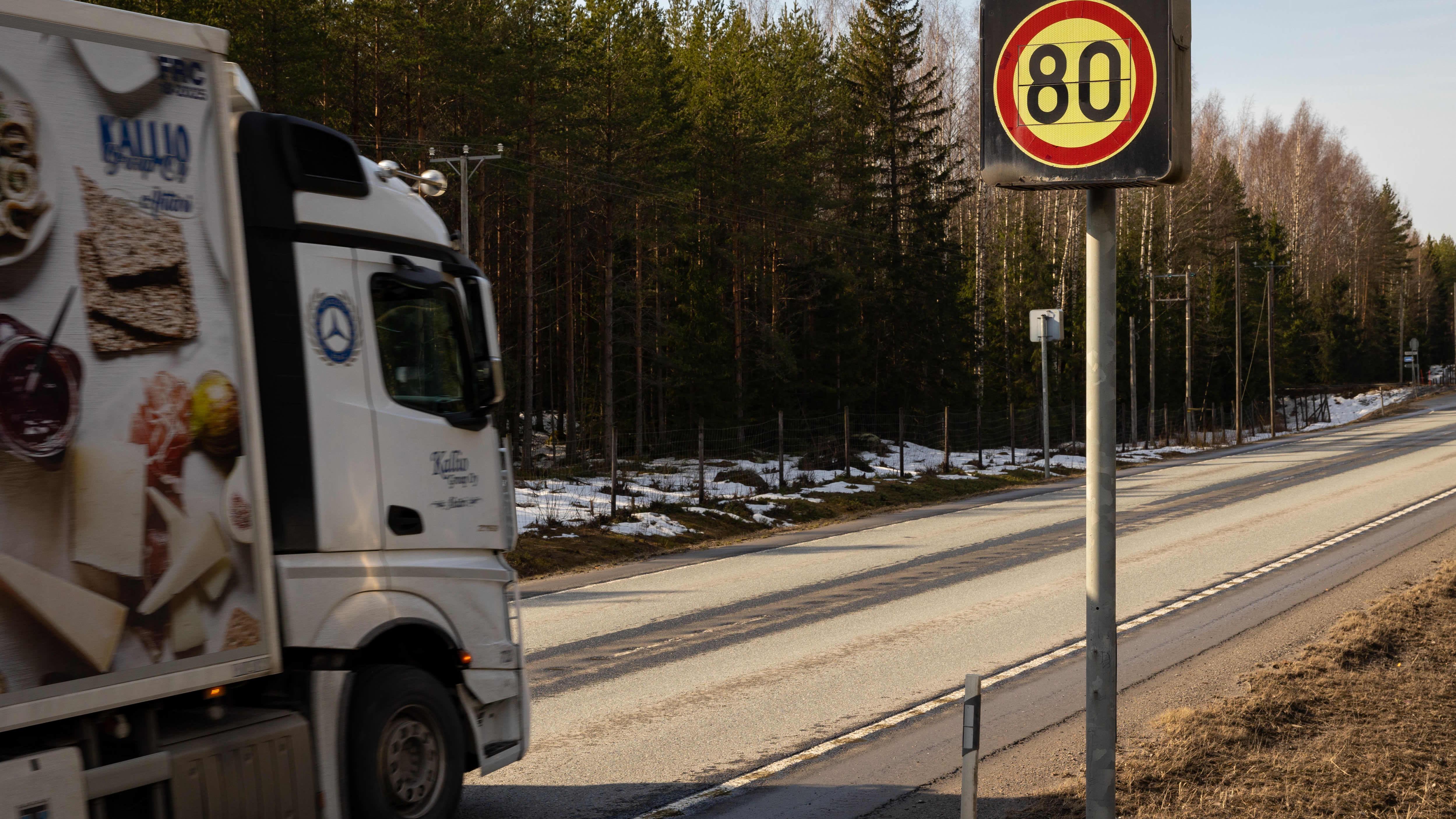 Liikennettä 9-tiellä ja nopeusrajoituskyltti