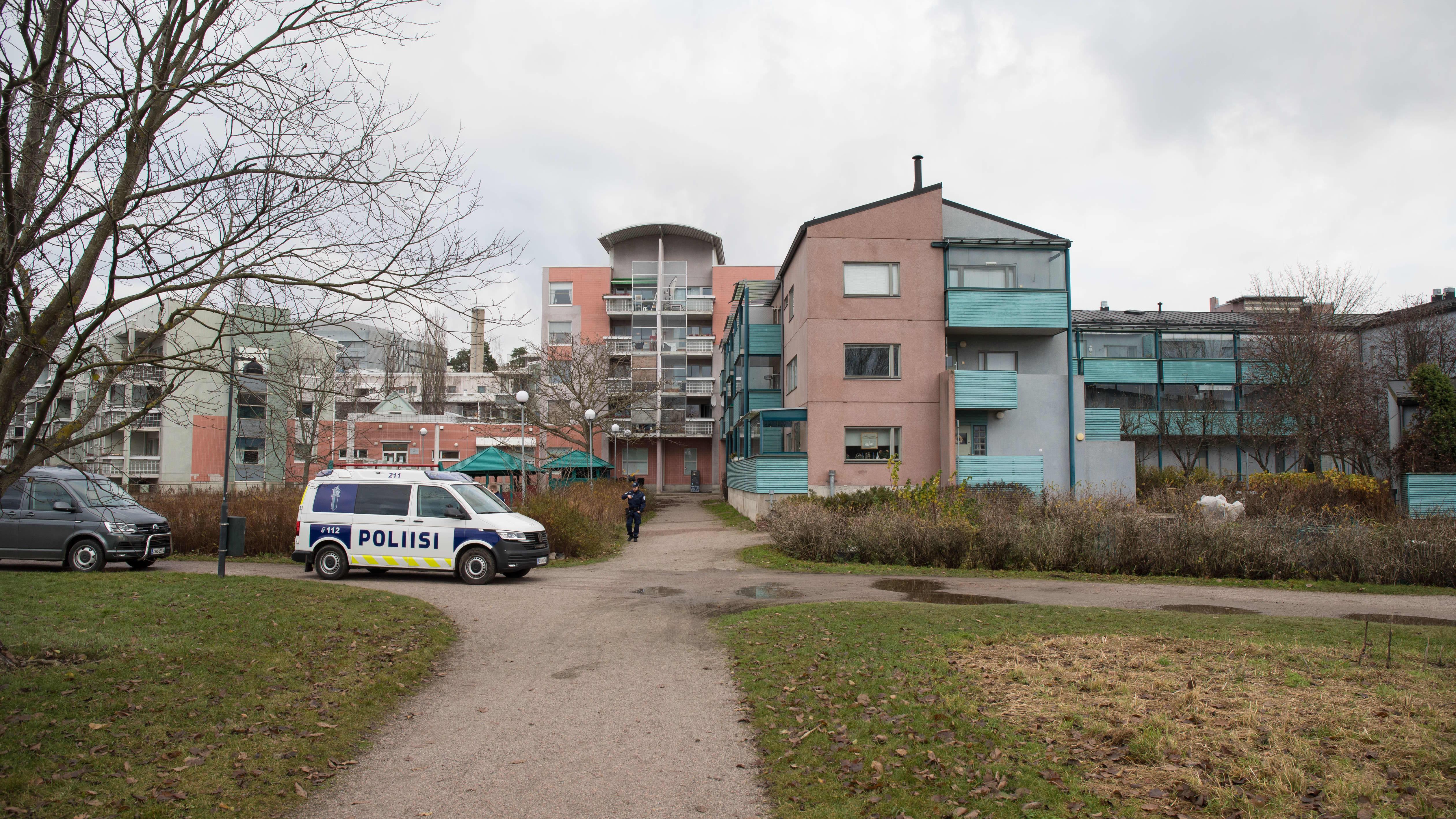 Poliiseja Pikku Huopalahdessa.
