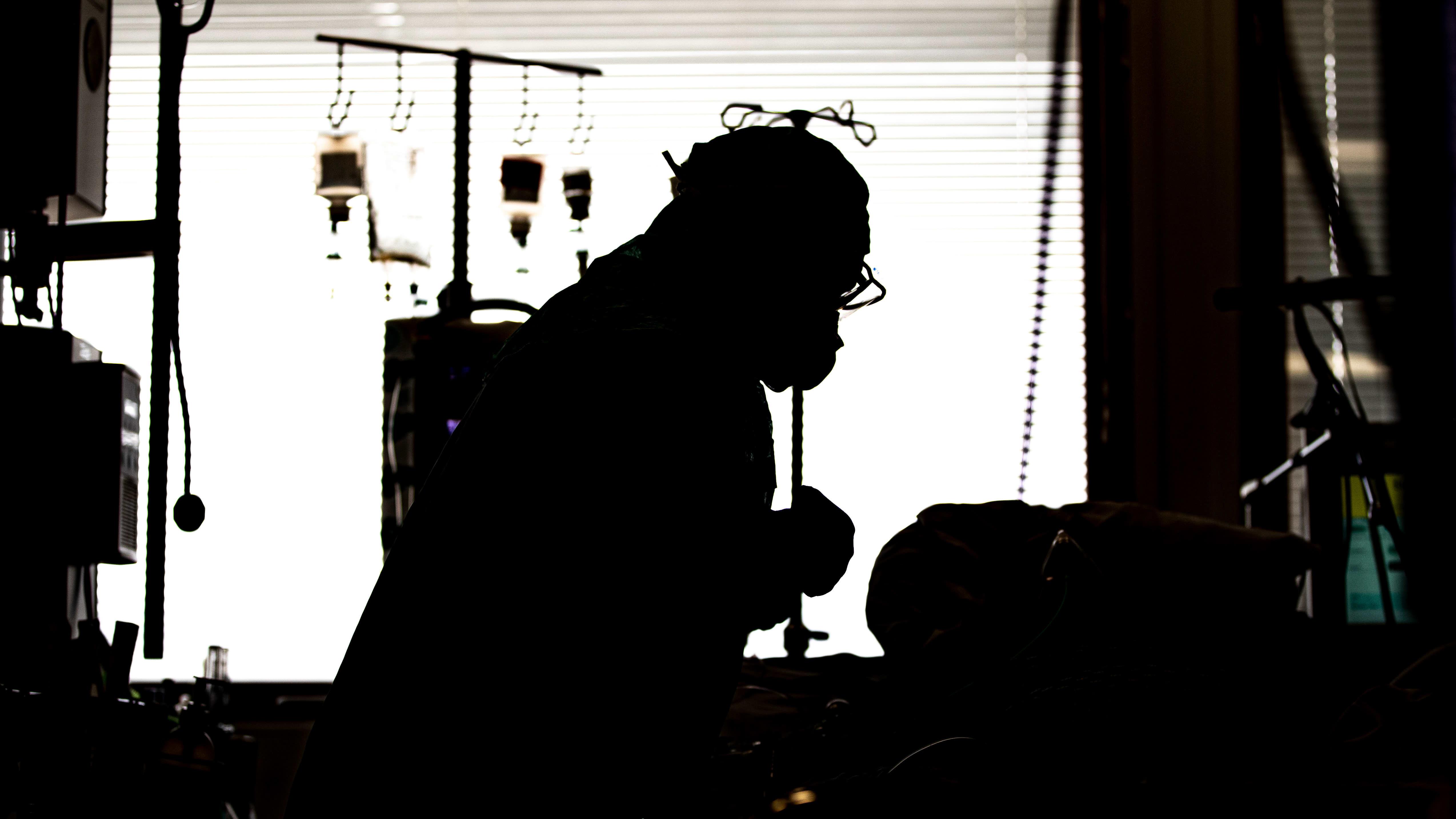 Sairaanhoitaja teho-osastolla TYKSissä.