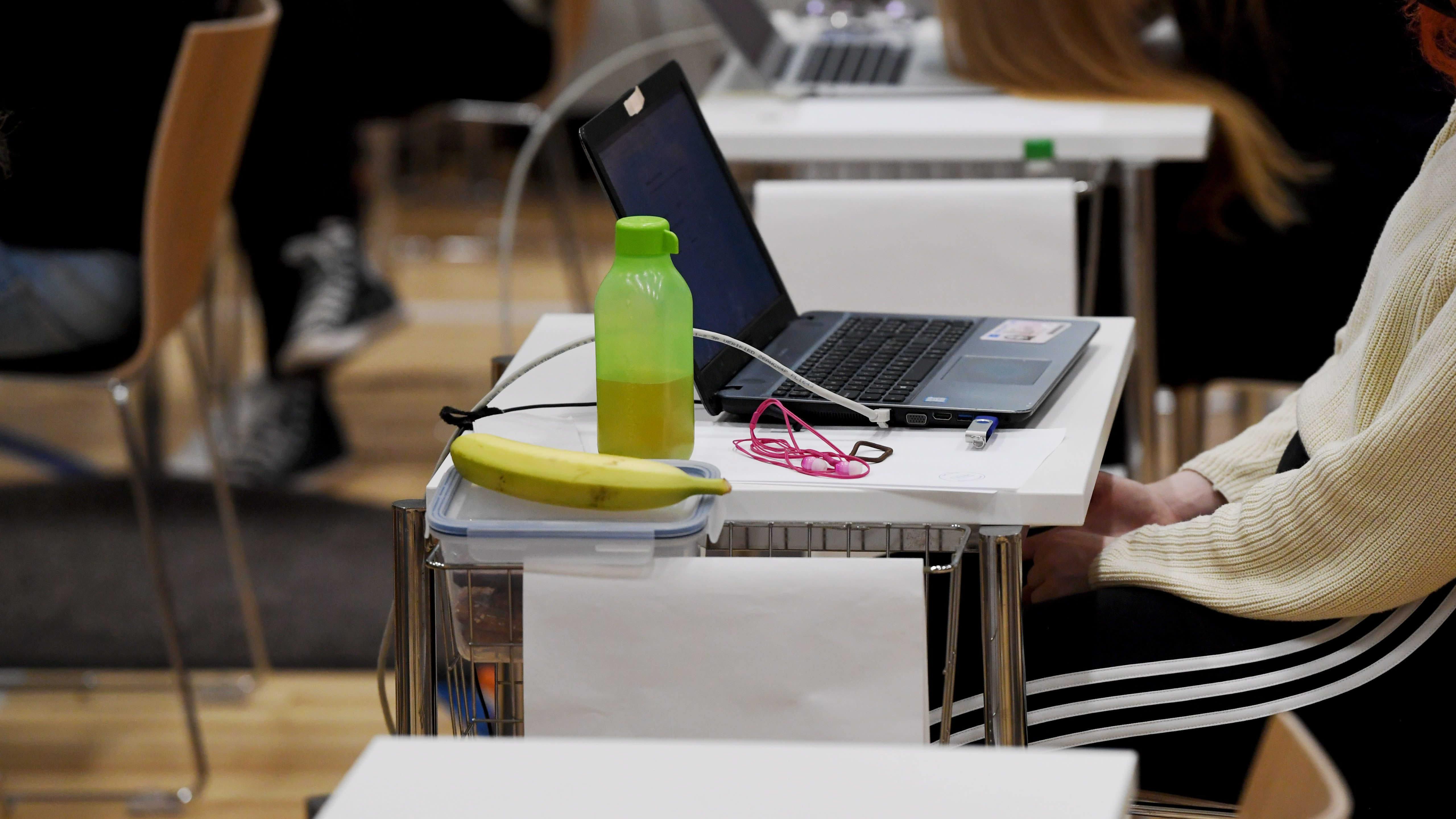 Opiskelijoita ylioppilaskirjoituksissa Ressun lukiossa Helsingissä maanantaiaamuna 13. syyskuuta 2021.