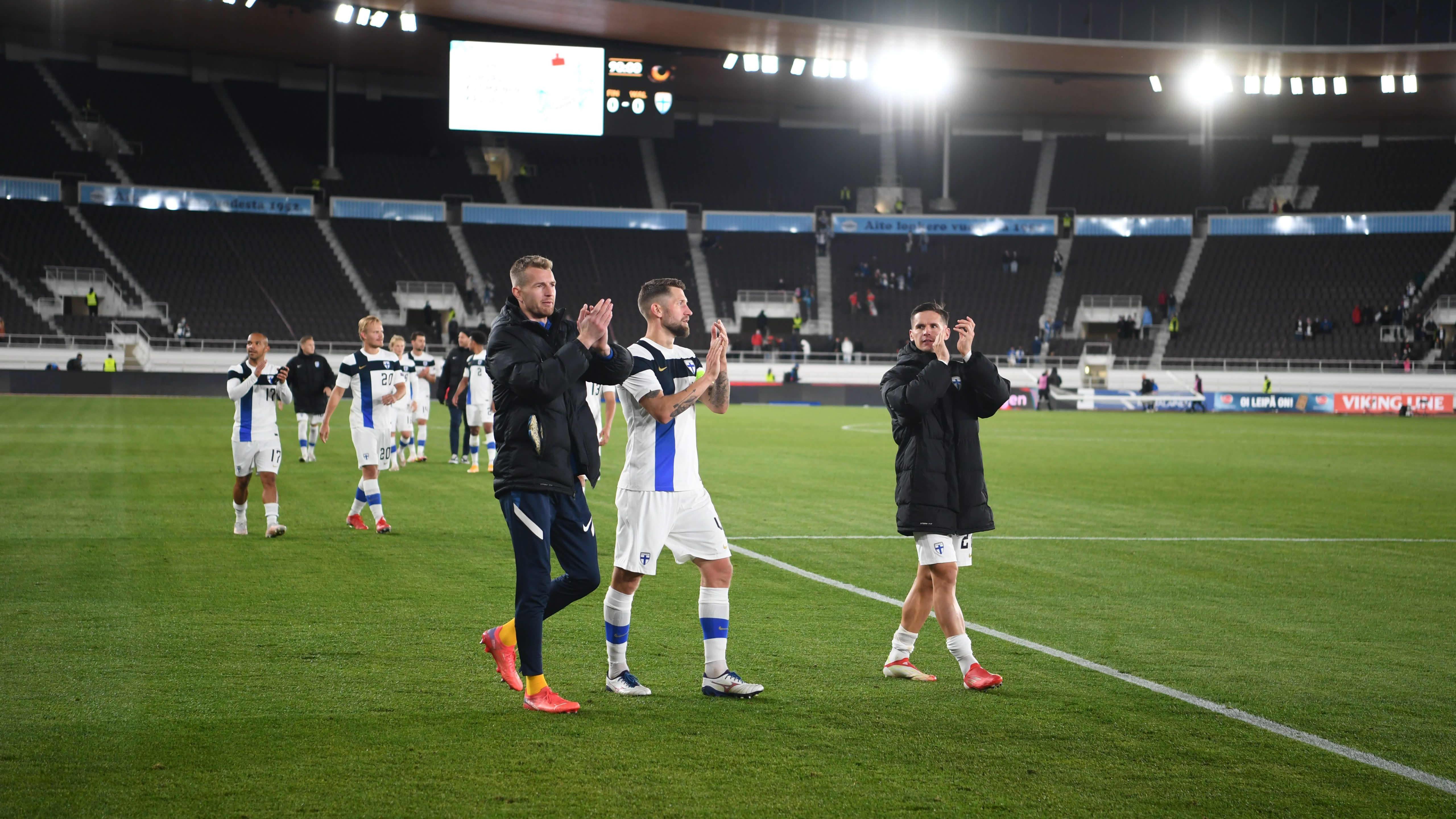Huuhkajat kiittelevät kannattajia Kazakstan ottelun jälkeen Helsingin Olympiastadionilla.