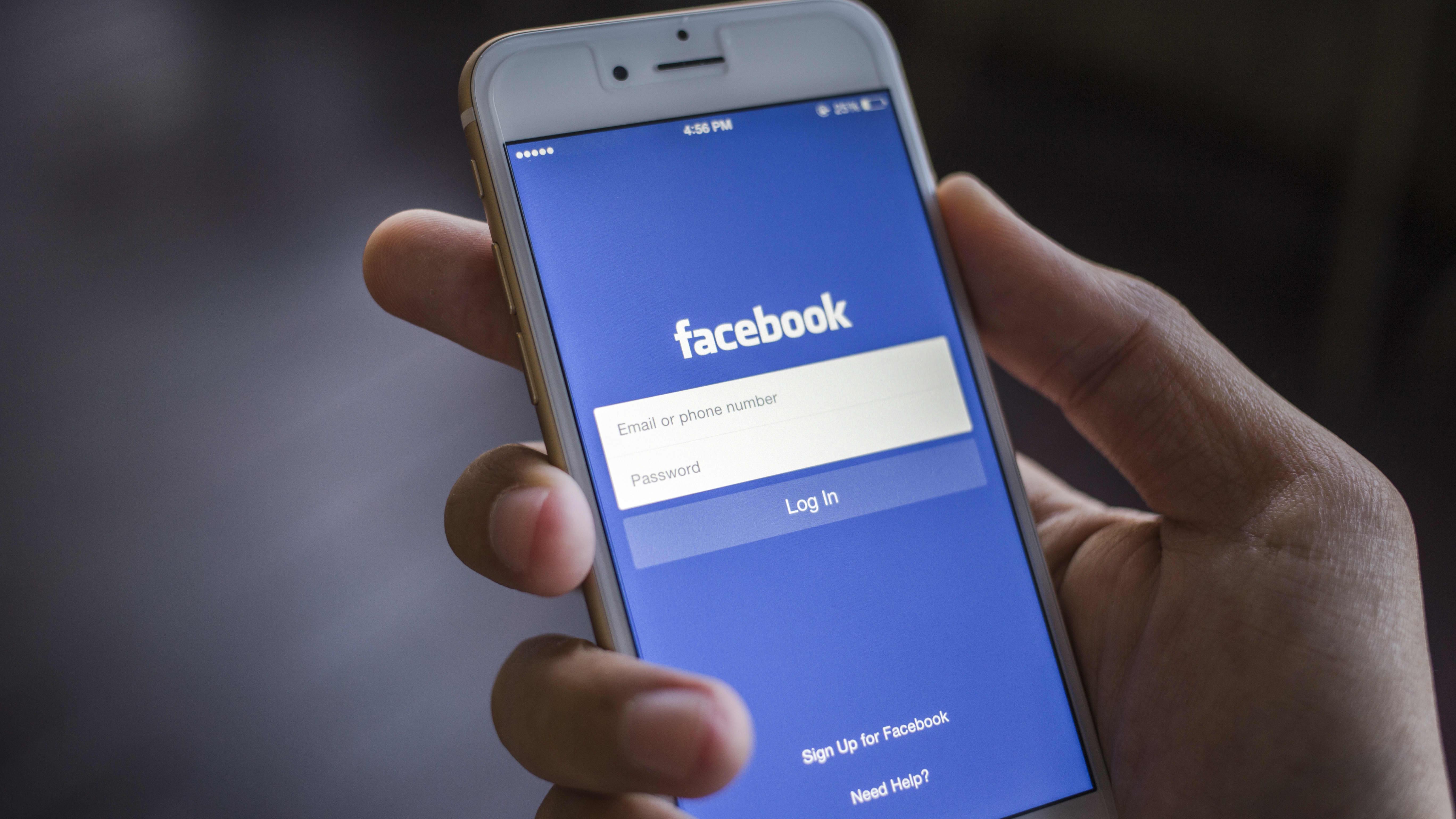 Facebook på en smarttelefonskärm.